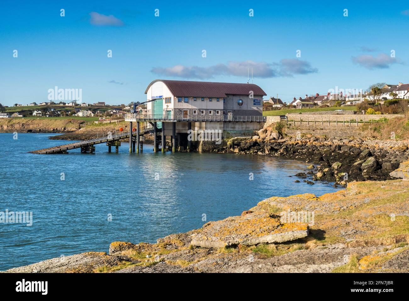 Estación de botes salvavidas en Moelfre, en la costa este de Anglesey, Gales del Norte. Foto de stock
