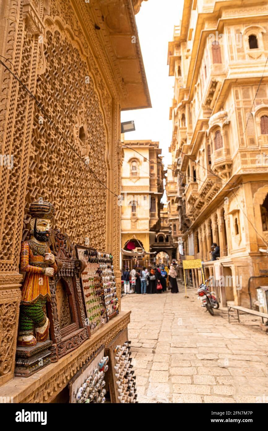 tradicionalmente rajasthani títere en las calles de jaisalmer cerca de patwa haweli. Foto de stock