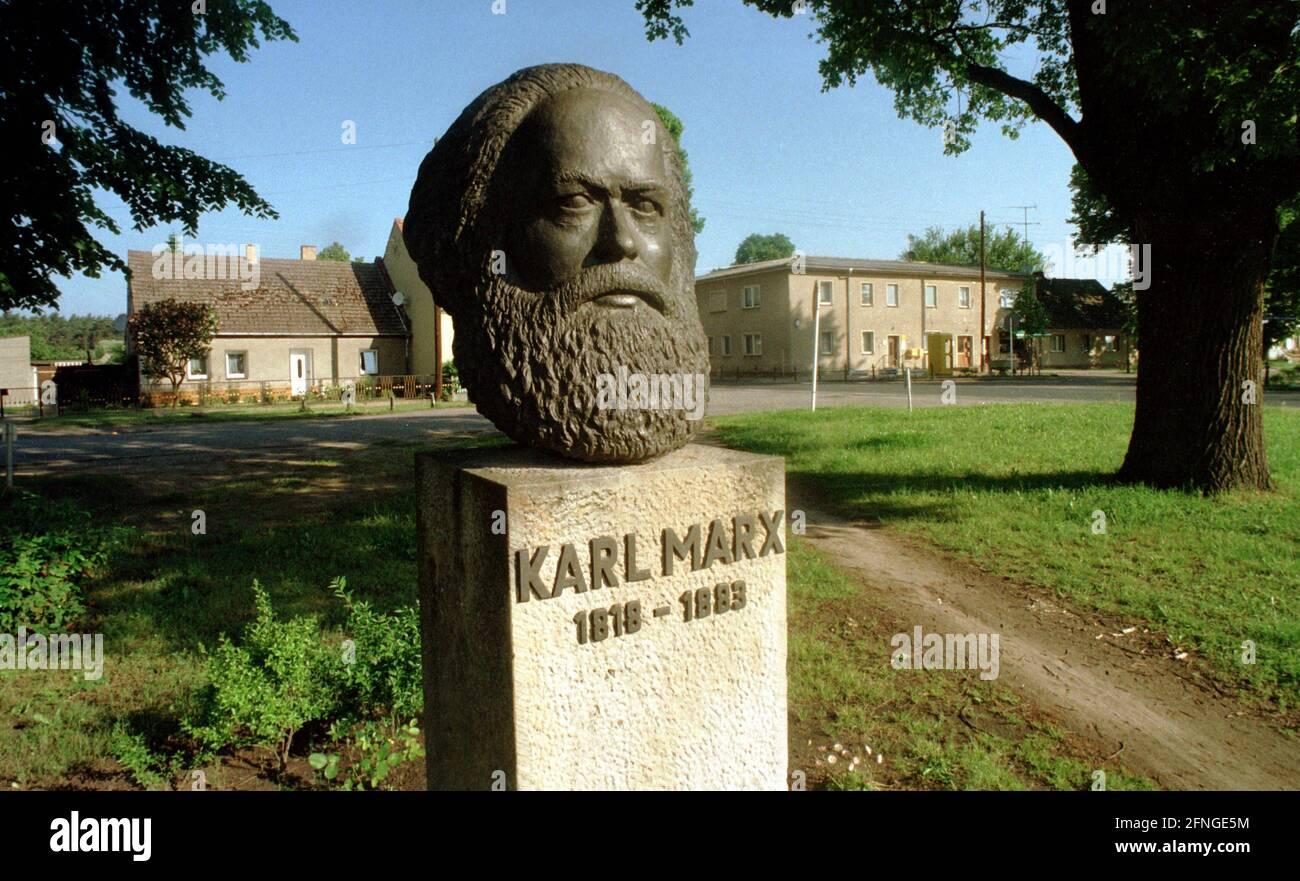 Brandenburg / DDR / 1995 Monumento a Karl Marx en Marxwalde, más tarde rebautizado como Neuhardenberg. Hardenberg fue ministro prusiano // Arte / Socialismo / Política *** Caption Local *** Este de Alemania / El comunismo Bust de Karl Marx en la ciudad de Neuhardenberg. [traducción automática] Foto de stock