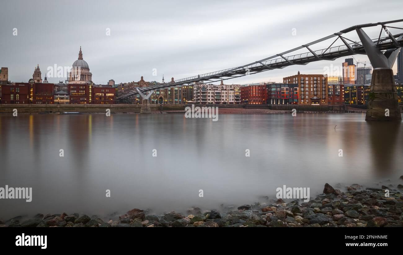 Larga exposición, la ciudad de Londres, el puente Millennium y la catedral de San Pablo Foto de stock