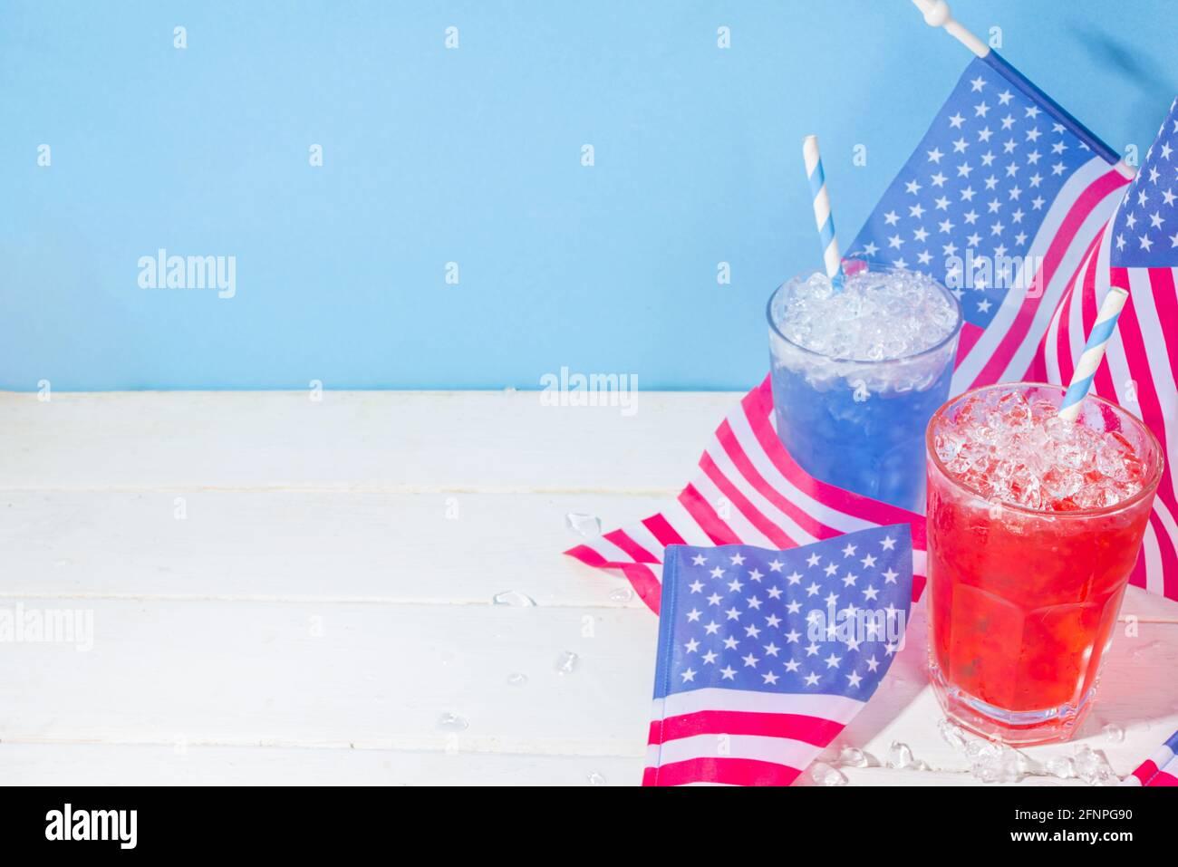 Bebidas para la celebración del Día de la Independencia Americana. Los cócteles helados de color rojo y azul con bandera de EE.UU. Copian el espacio Foto de stock