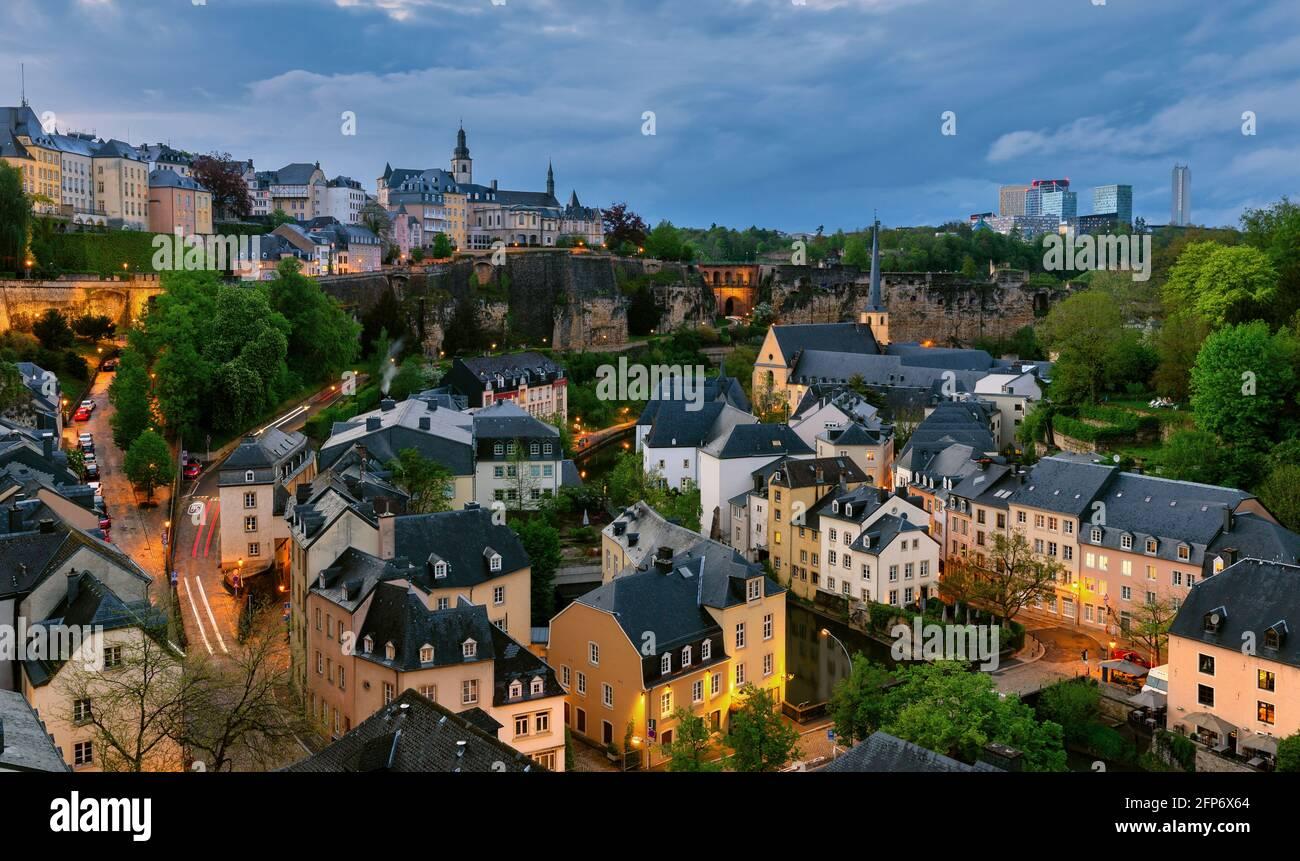 Ciudad de Luxemburgo en una noche nublada, paisaje urbano desde una ubicación con vistas clásicas. Luxemburgo, Europa. Foto de stock