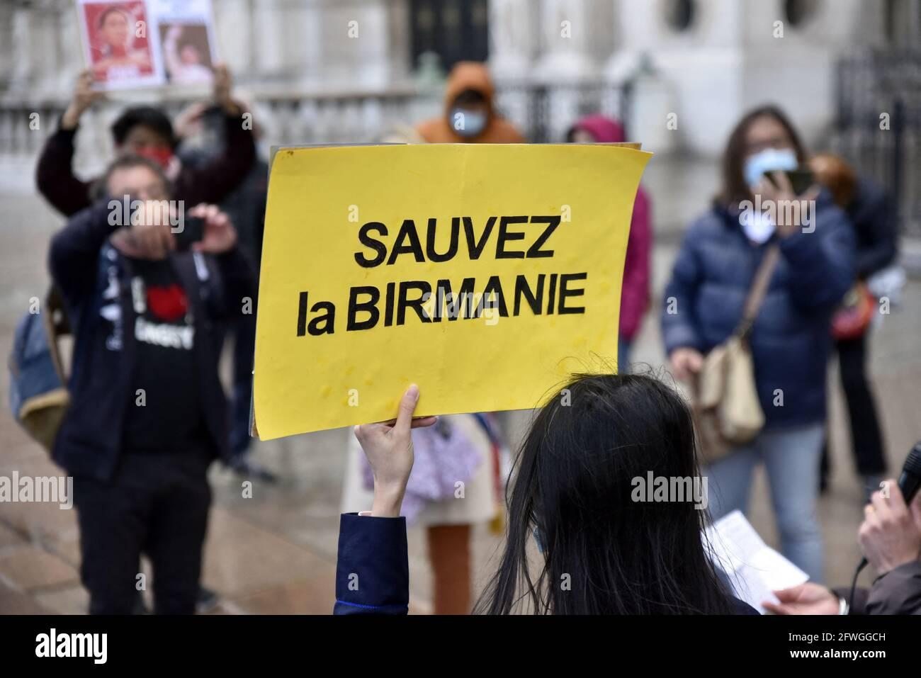 Manifestación por la democracia en Myanmar y contra el golpe militar, en el Hôtel de Ville de París, Francia, el 22 de mayo de 2021. Foto de Patrice Pierrot/Avenir Pictures/ABACAPRESS.COM Foto de stock