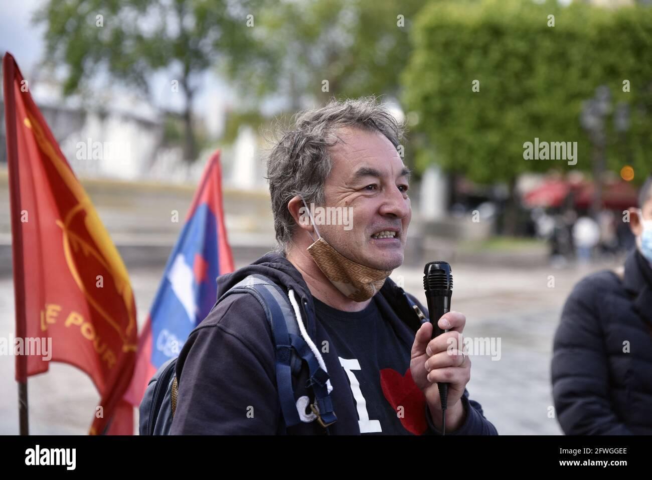 Cofundador de la ONG Green Lotus, Jean-Marc Brulé, durante la manifestación por la democracia en Myanmar y contra el golpe militar, en el Hôtel de Ville de París, Francia, el 22 de mayo de 2021. Foto de Patrice Pierrot/Avenir Pictures/ABACAPRESS.COM Foto de stock