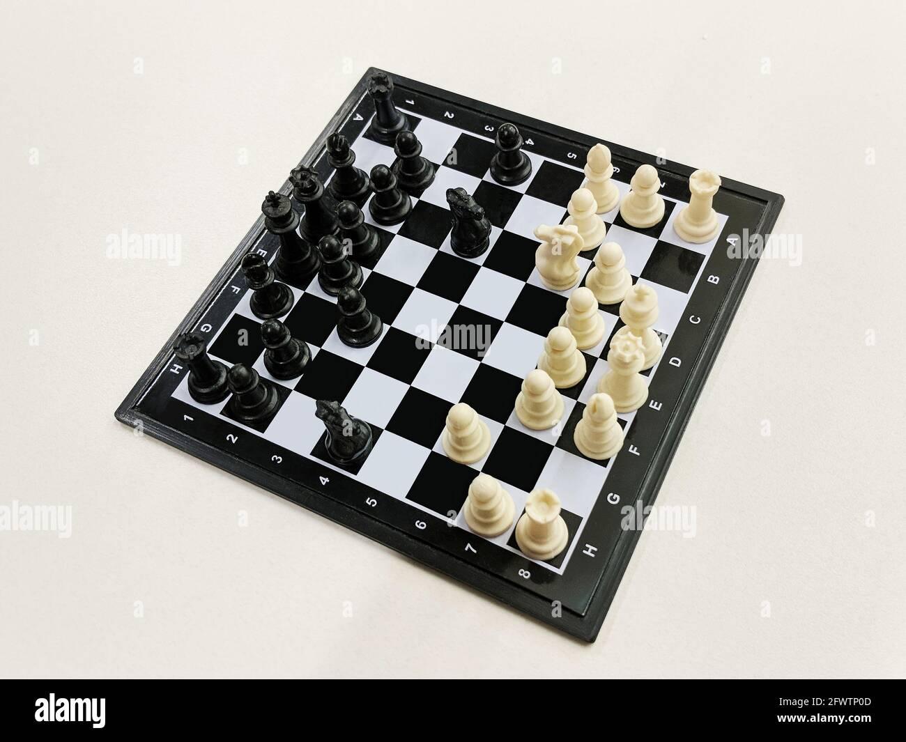 Vista de alto ángulo del ajedrez de viaje sobre un fondo claro Foto de stock