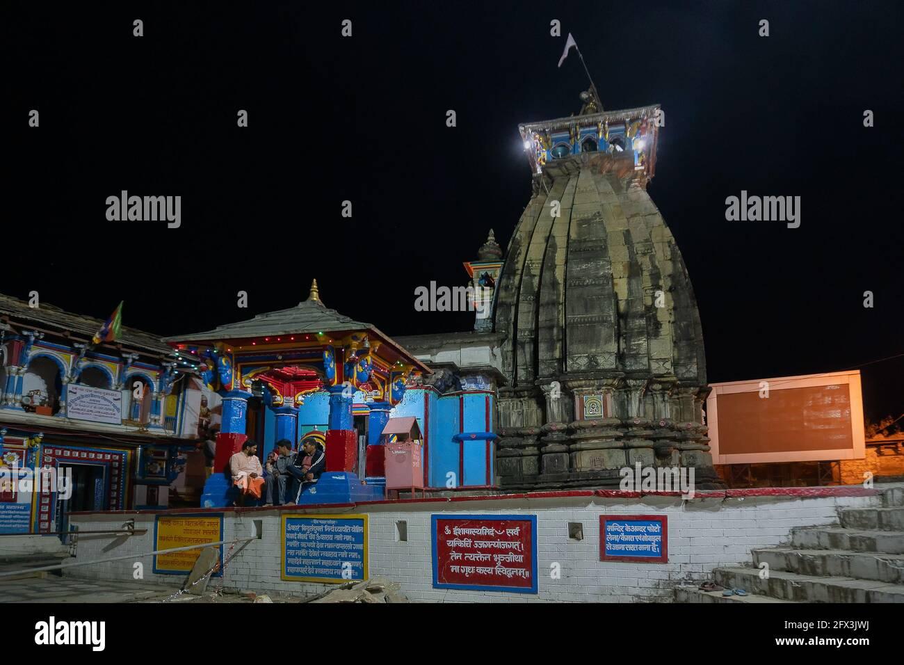 UKHIMATH, RUDRRAPRAYAG, UTTARAKHAND, INDIA - OCTUBRE 30 2018 : Ukhimath, templo sagrado hindú bajo el cielo nocturno. Puja de invierno del año del Señor Kedarnath Foto de stock