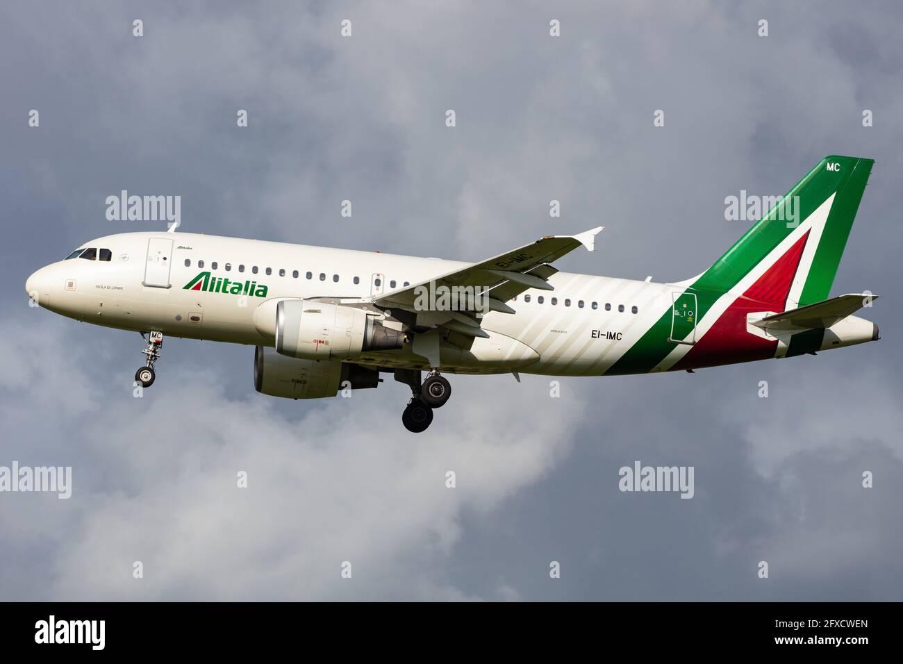 ÁMSTERDAM, PAÍSES BAJOS - 13 de septiembre de 2020: Alitalia (AZ / AZA) que se aproxima al aeropuerto de Schiphol (EHAM/AMS) con un Airbus A319-112 (EI-IMC/2057). Foto de stock