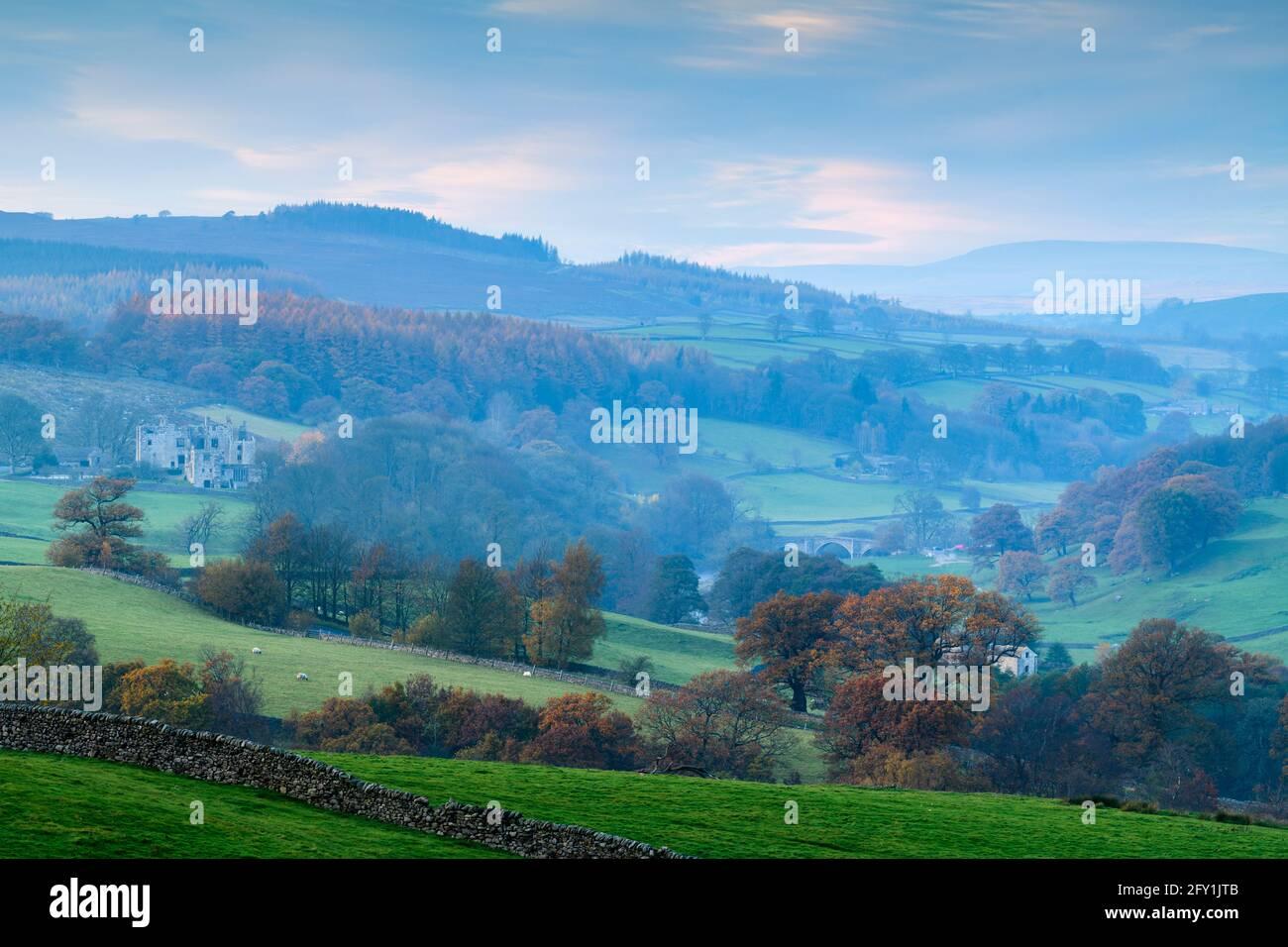 Pintoresco rural Wharfedale (niebla, valle, laderas, colinas y páramos, Barden Bridge, ruinas de la torre) - Bolton Abbey Estate, Yorkshire Dales, Inglaterra Reino Unido Foto de stock