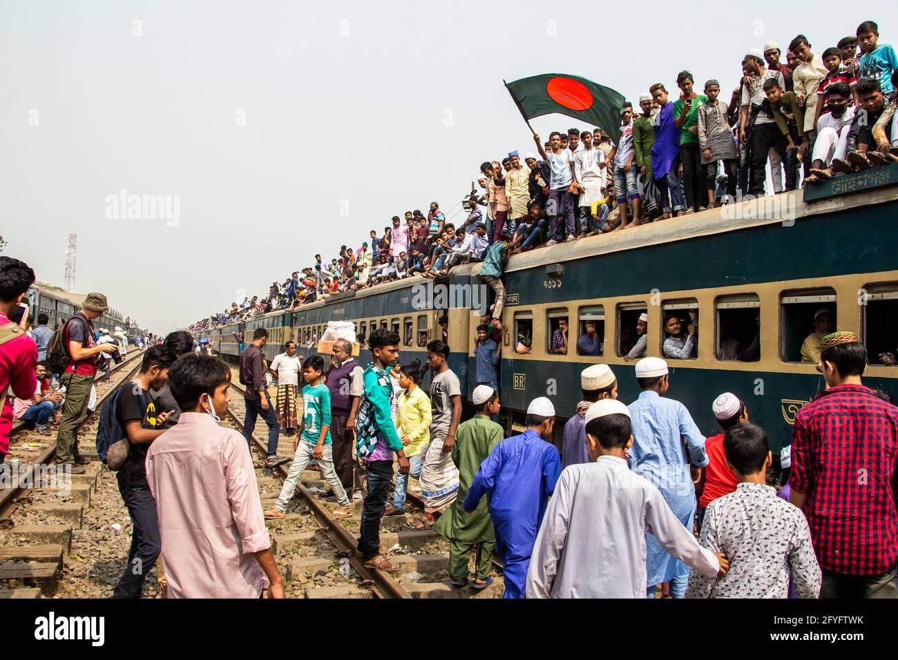 Arriesgado viaje en tren Capturé esta imagen el 19th de febrero de 2019 desde la estación de tren de Tonggi, Dhaka, Bangladesh, Asia del Sur Foto de stock