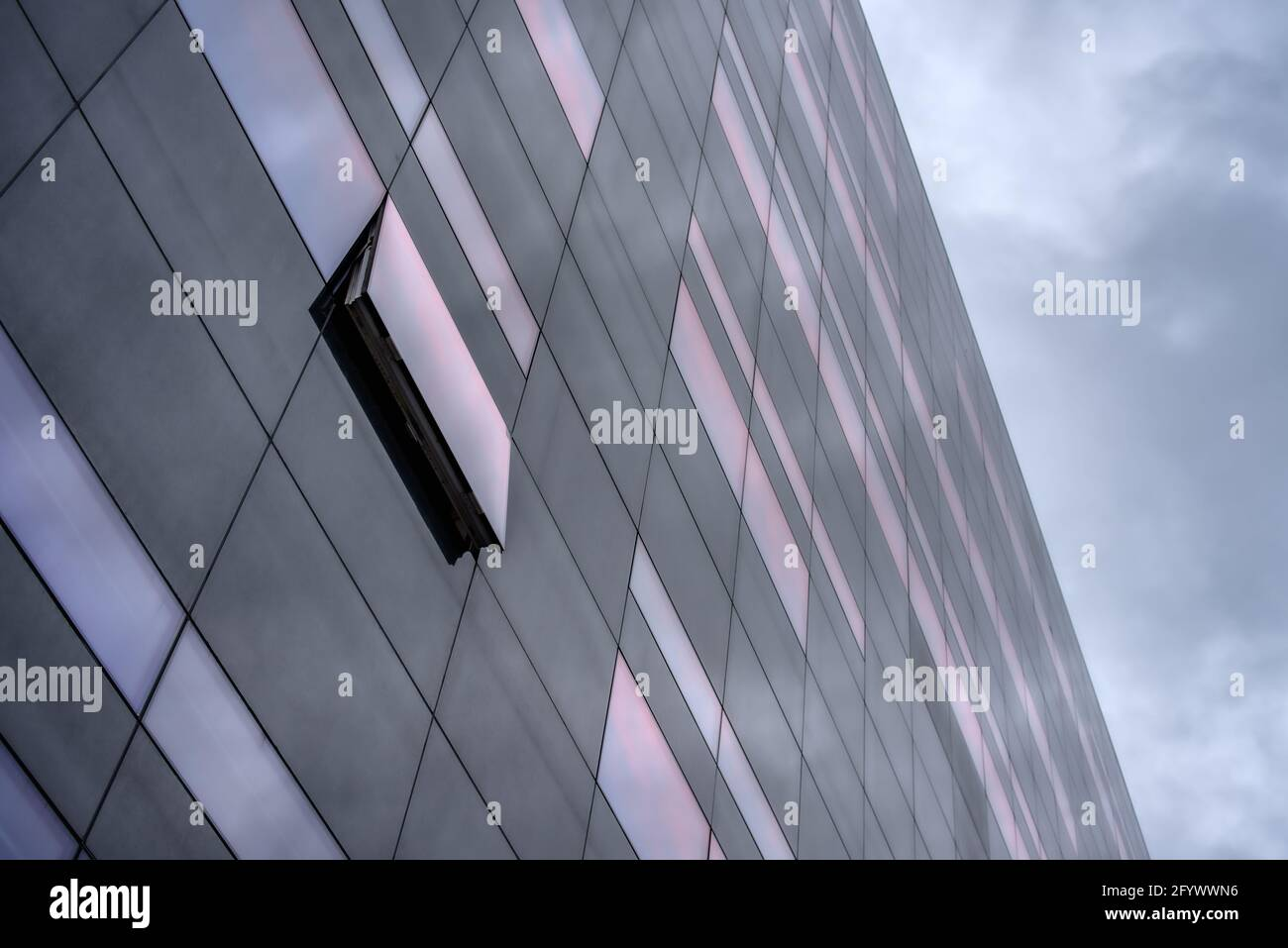 Una ventana abierta en la fachada de granito negro de la biblioteca real danesa el diamante negro, Copenhague, 26 de mayo de 2021 Foto de stock