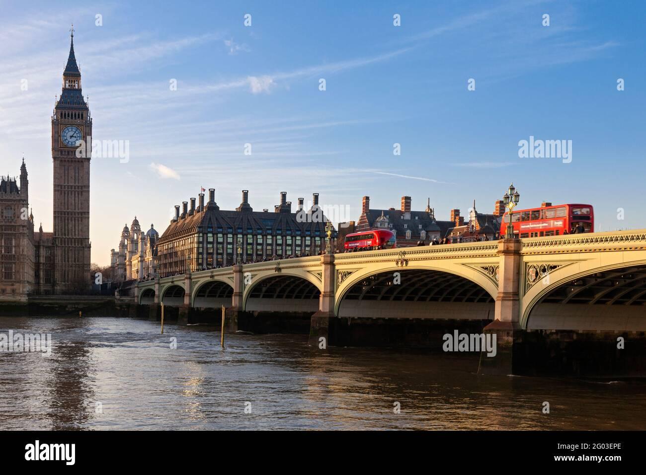 Reino Unido, Inglaterra, Londres, Westminster Bridge y Casas del Parlamento (Palacio de Westminster) Foto de stock