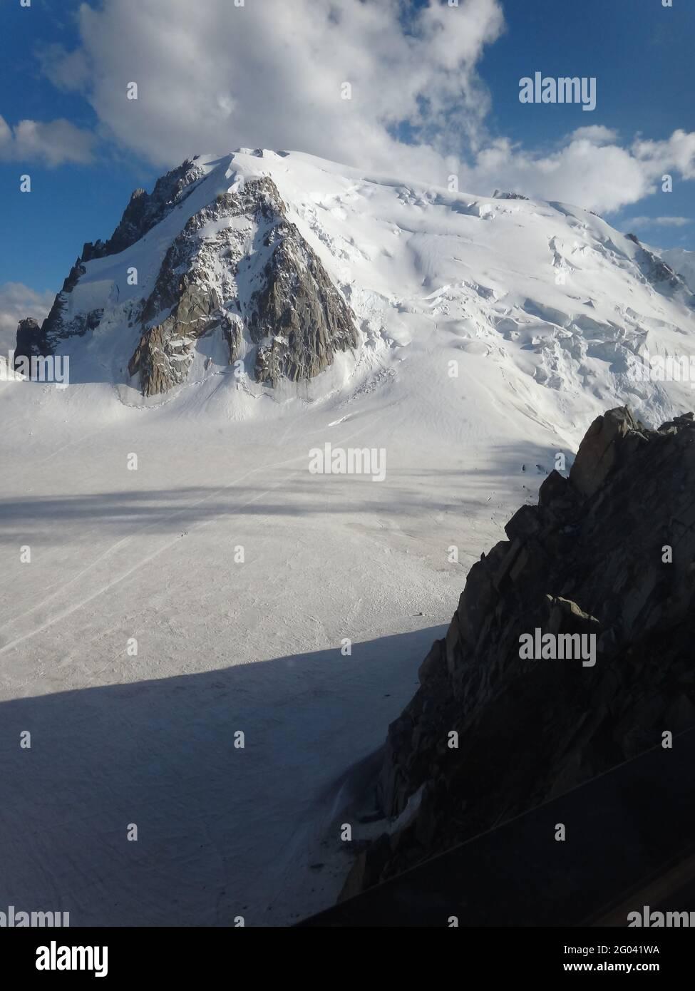 CHAMONIX, FRANCIA - 12 de agosto de 2012: Chamonix-Mont-Blanc / Aiguille du Midi Foto de stock