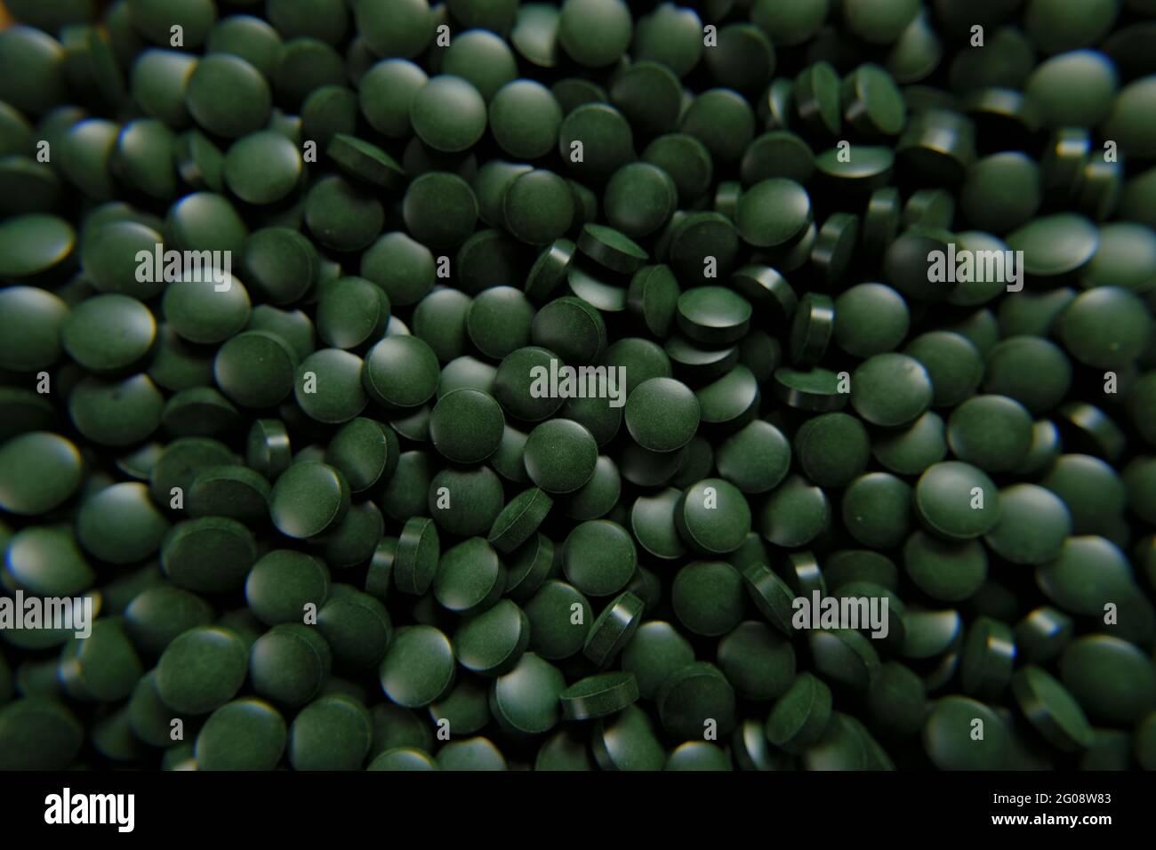 Spirulina píldoras verdes . Spirulina ALGAS VERDE TABLETAS.SUPER food.seaweed. Suplementos alimenticios para un estilo de vida saludable Foto de stock
