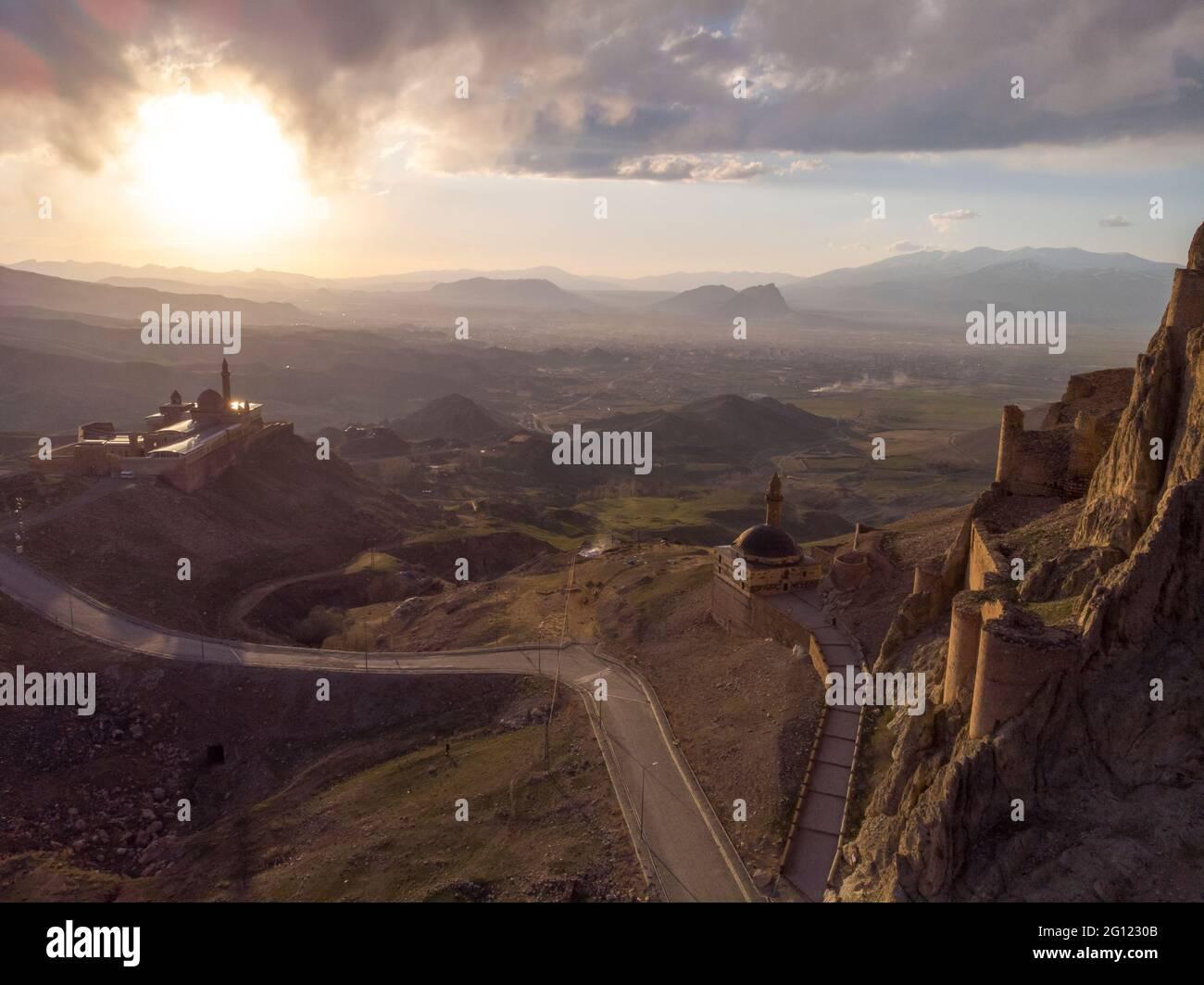 Fantásticas vistas aéreas espectaculares de las ruinas del castillo de Dogubayazit, construido en la montaña cerca de Eski Bayezid Cami y el Palacio Ishak Pasha Foto de stock