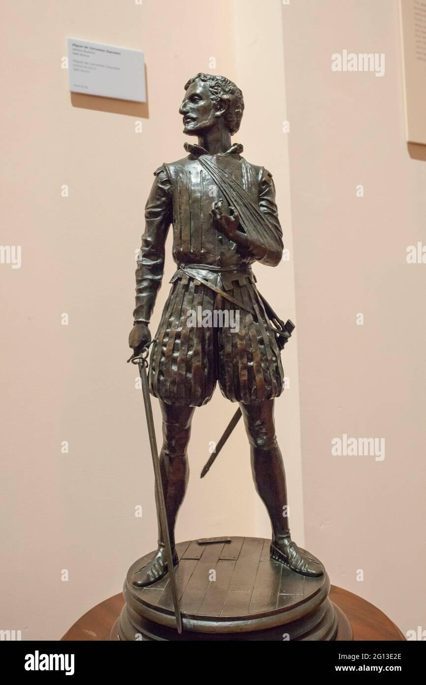 Madrid, España - 6th de marzo de 2021: Miguel de Cervantes Saavedra estatuilla, representada como soldado de la Batalla de Lepanto. Por Sergio Blanco, 1999. Museo Naval Foto de stock