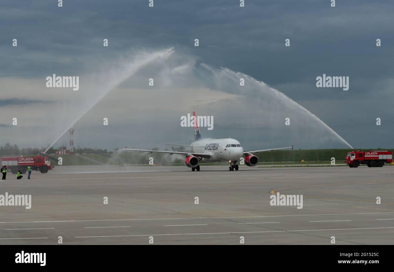 Rostov sobre Don, Rusia. 4th de junio de 2021. Un avión de pasajeros Airbus À319 de la aerolínea Air Serbia recibió la bienvenida en el aeropuerto de Platov. A partir del 4 de junio de 2021, Air Serbia comienza a operar vuelos directos entre Belgrado y Rostov-On dos veces por semana. Crédito: Erik Romanenko/TASS/Alamy Live News Foto de stock