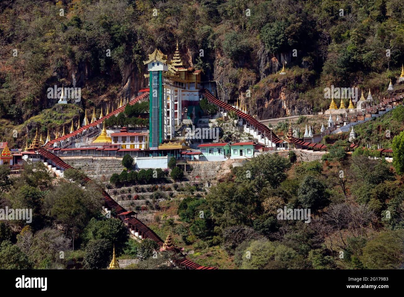 La entrada al templo de la cueva de Pindaya, en lo alto de una colina en Myanmar (Birmania). El interior del templo de la cueva contiene más de 8000 imágenes de Buda el earli Foto de stock