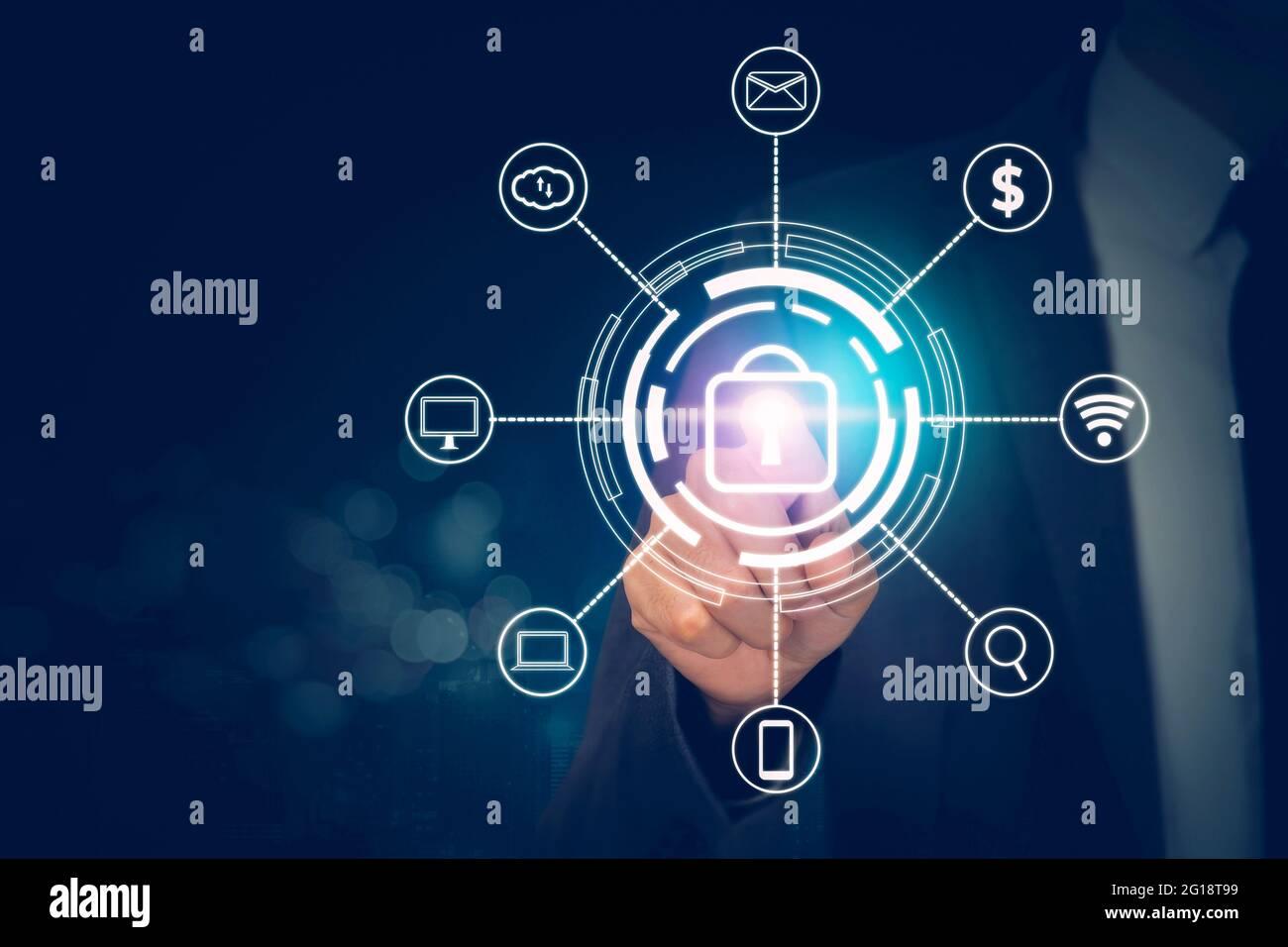 Mano de hombre de negocios que presiona el icono de candado mientras que la ciberseguridad con acceso con dedo, datos y privacidad con protección digital virtual, la innovación Foto de stock