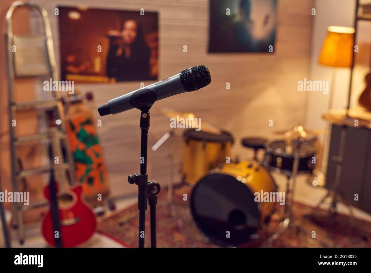 Micrófono entre instrumentos musicales en estudio de grabación de sonido Foto de stock