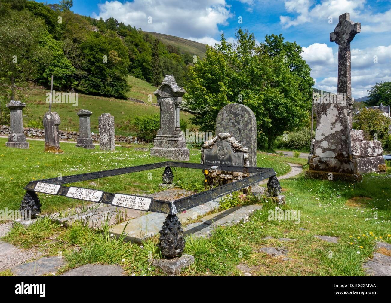 La tumba del ex proscribir y héroe popular Rob Roy MacGregor en Balquhidder, Escocia Foto de stock