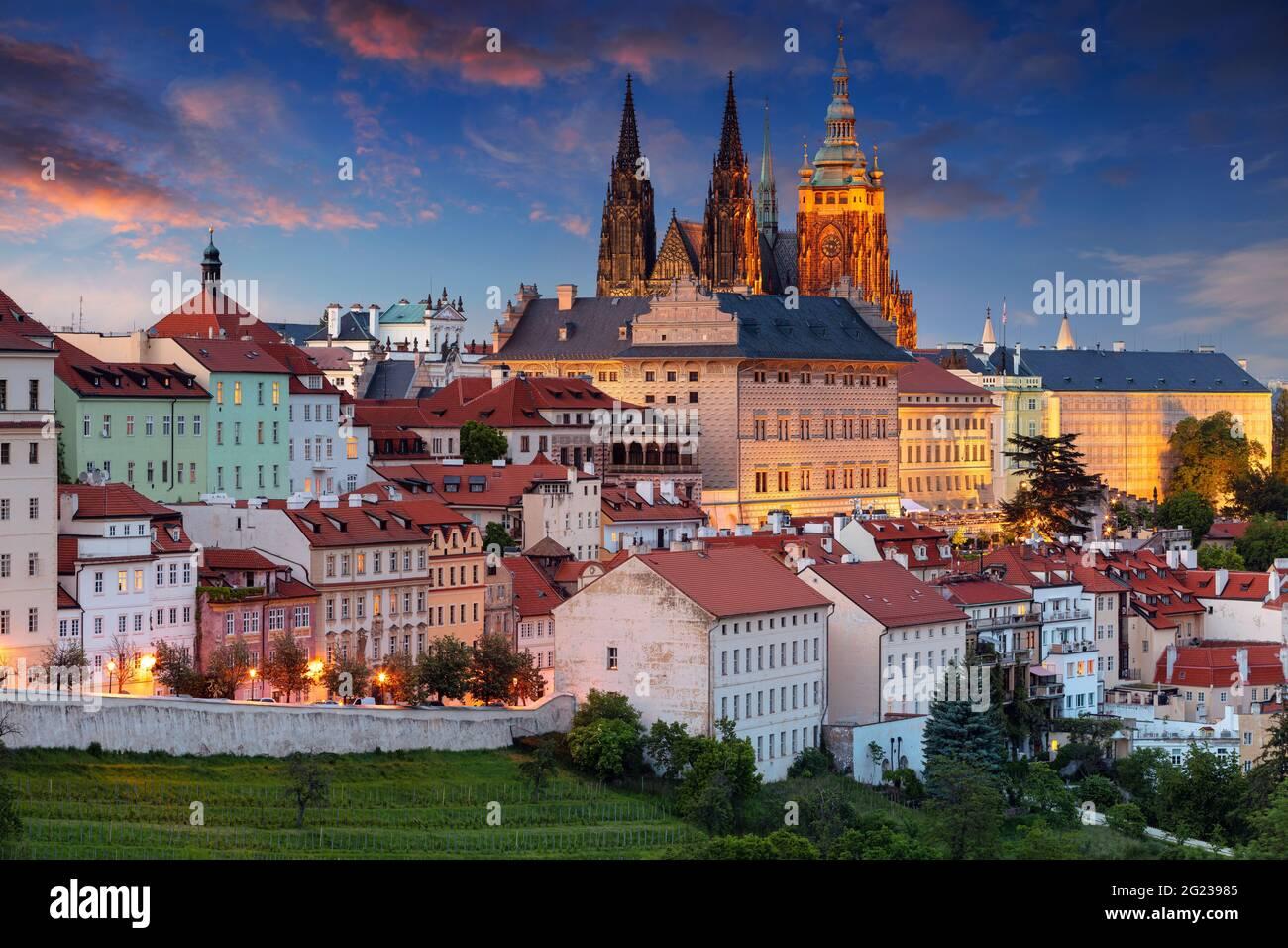 Praga. Imagen del paisaje urbano aéreo de Praga, capital de la República Checa con la Catedral de San Vito a la hora azul del crepúsculo. Foto de stock