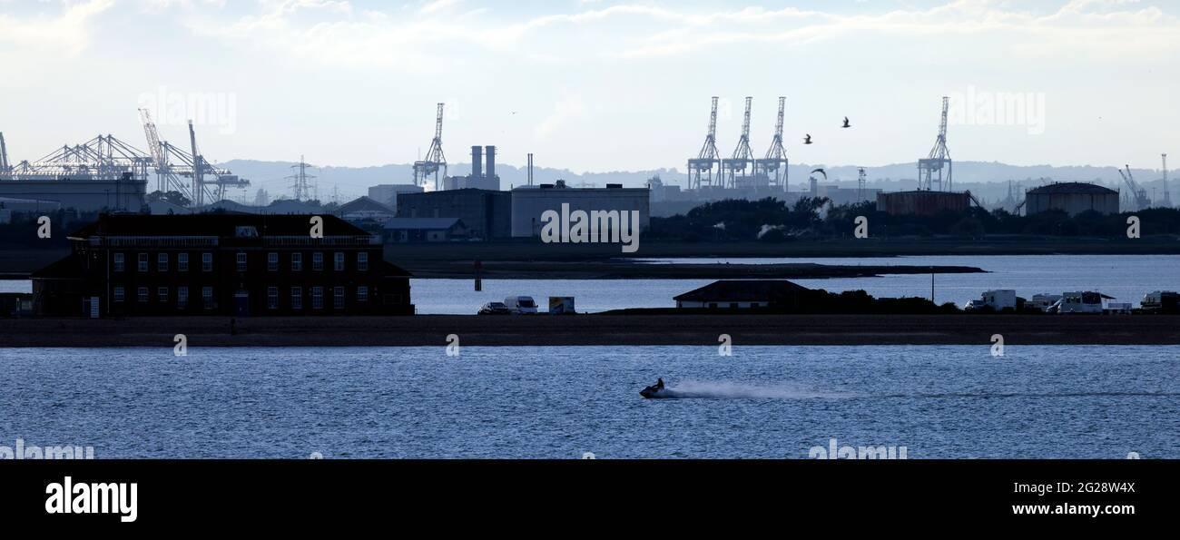 Calshot Spit, agua, Fawley, petróleo, refinería, New Forest, Southampton, agua, The Solent, Cowes, isla de Wight, Inglaterra, Reino Unido Foto de stock