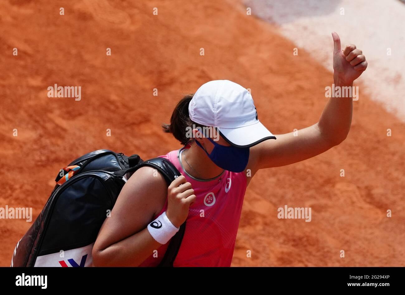 París, Francia. 9th de junio de 2021. IgA Swiatek de Polonia abandona la cancha después del partido quarterfinal femenino de solteros entre Maria Sakkari de Grecia e IgA Swiatek de Polonia en el torneo de tenis Abierto de Francia en Roland Garros en París, Francia, el 9 de junio de 2021. Crédito: Gao Jing/Xinhua/Alamy Live News Foto de stock