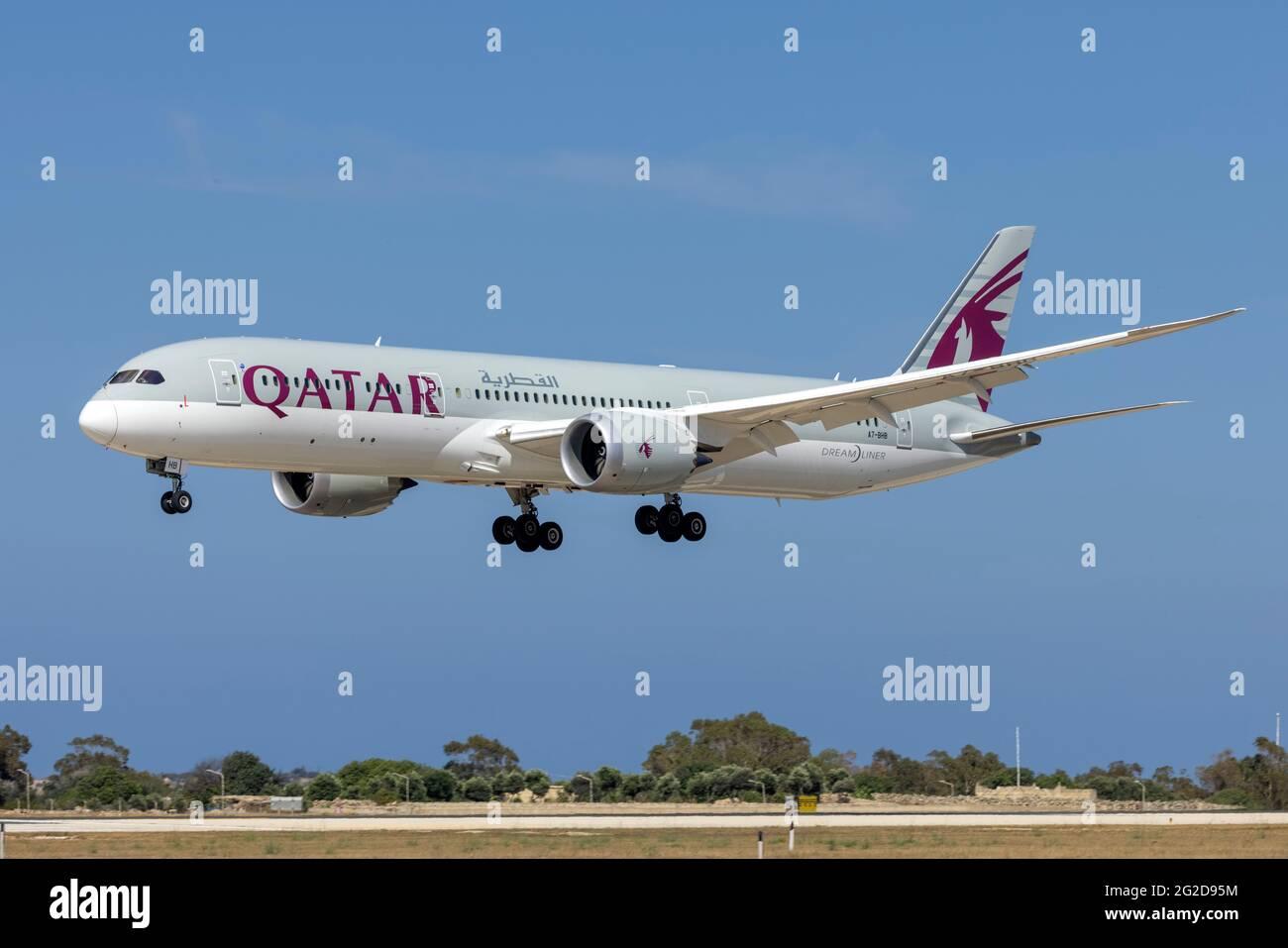 Qatar Airways Boeing 787-9 Dreamliner (REG: A7-BHB) en finales que llegan desde Munich. Foto de stock