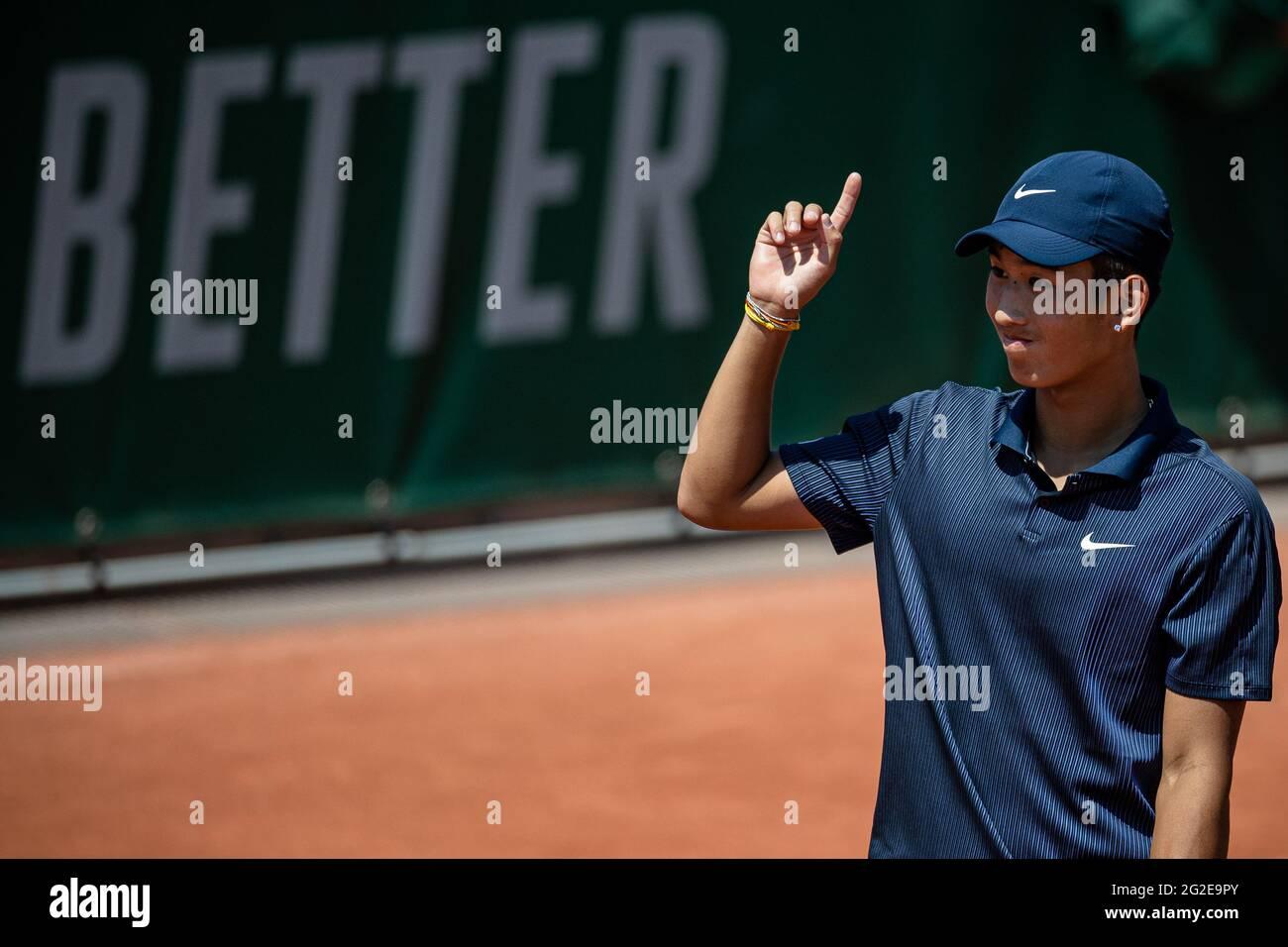 París, Francia. 10th de junio de 2021. Shang Juncheng, de China, reacciona durante el partido de quarterfinal de singles entre Shang Juncheng, de China, y Sean Cuenin, de Francia, en el torneo de tenis del Abierto de Francia en Roland Garros, en París, Francia, el 10 de junio de 2021. Crédito: Aurelien Morissard/Xinhua/Alamy Live News Foto de stock