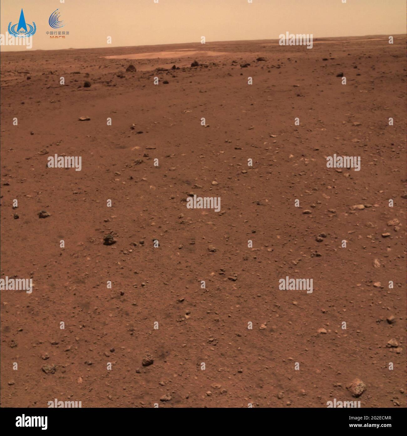 (210611) -- BEIJING, 11 de junio de 2021 (Xinhua) -- Foto publicada el 11 de junio de 2021 por la Administración Nacional del Espacio de China (CNSA) muestra el paisaje marciano. La Administración Nacional del Espacio de China publicó el viernes nuevas imágenes tomadas por el primer rover de Marte Zhurong del país, mostrando la bandera nacional en el planeta rojo. Las imágenes fueron reveladas en una ceremonia en Beijing, significando un éxito completo de la primera misión de exploración de marte de China. Las imágenes incluyen el panorama del sitio de aterrizaje, paisaje marciano y una selfie del rover con la plataforma de aterrizaje. (CNSA/Folleto via Xinhua) Foto de stock