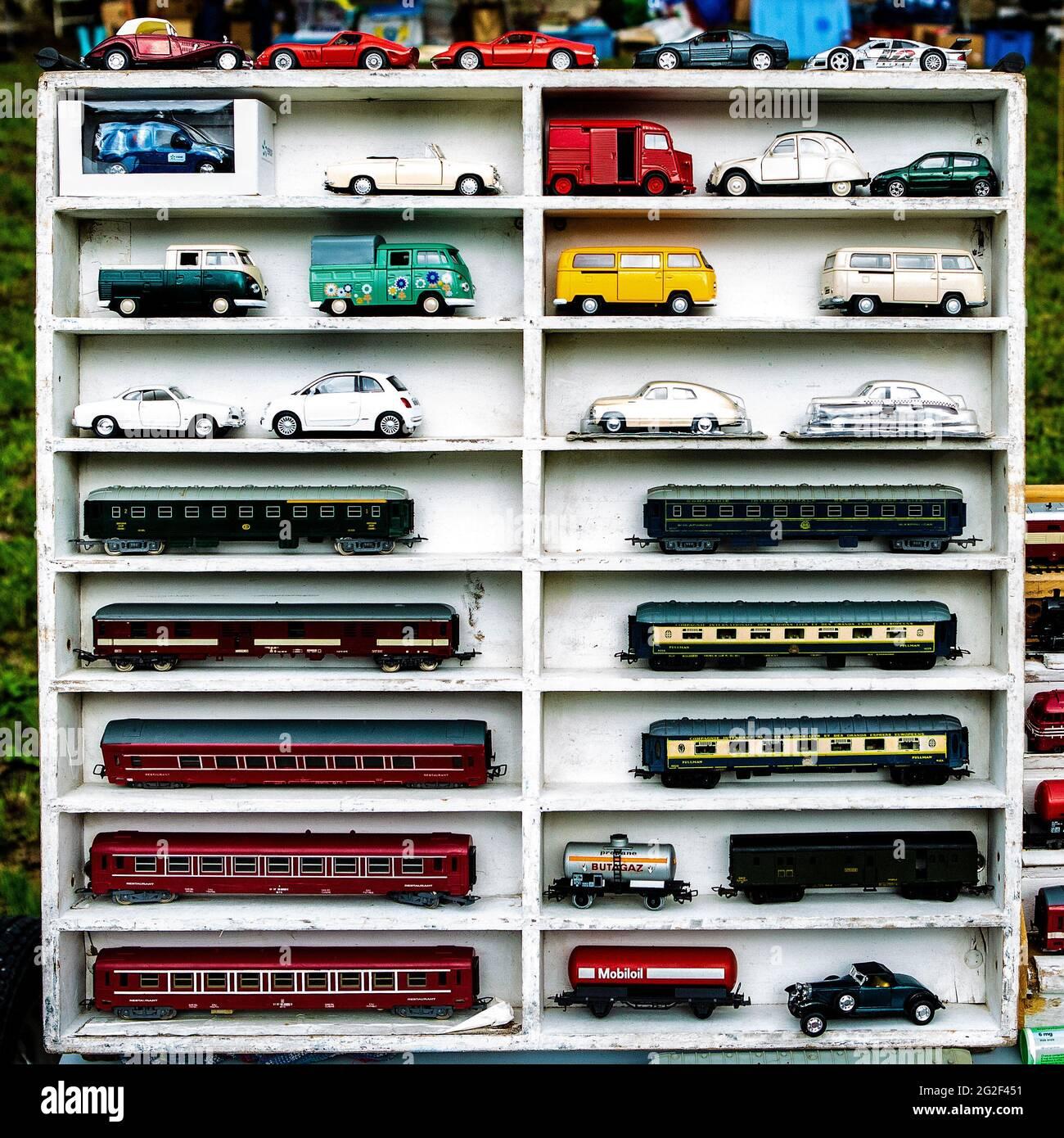 Modellautos in einem Setzkasten auf dem Flohmarkt. Citroen Hy, VW Busse, Karmann Ghia und andere Oldtimer Foto de stock