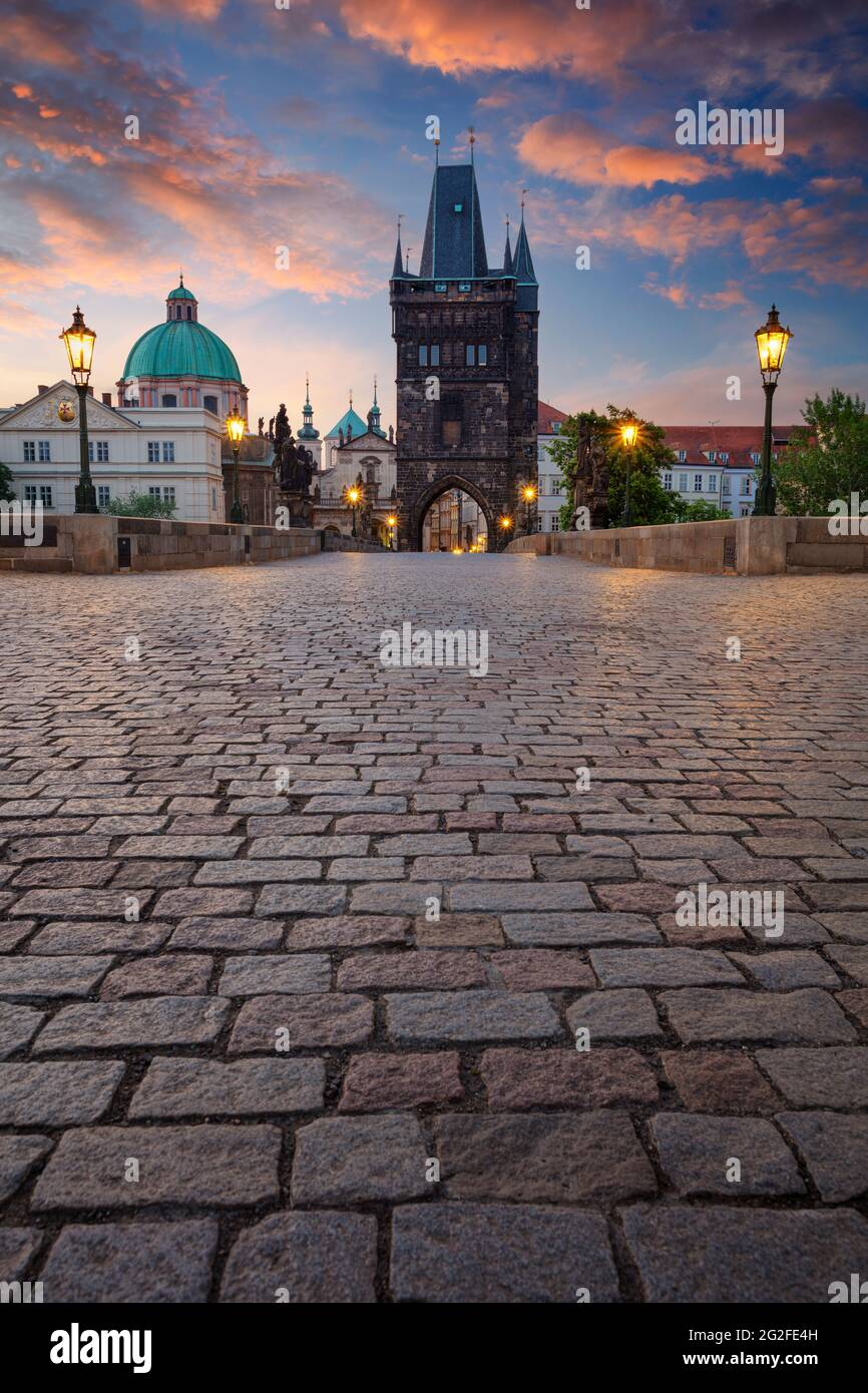 Praga, Puente de Carlos. Imagen panorámica de la ciudad del icónico Puente de Carlos con la Torre del Puente de la Ciudad Vieja en Praga, República Checa al amanecer. Foto de stock