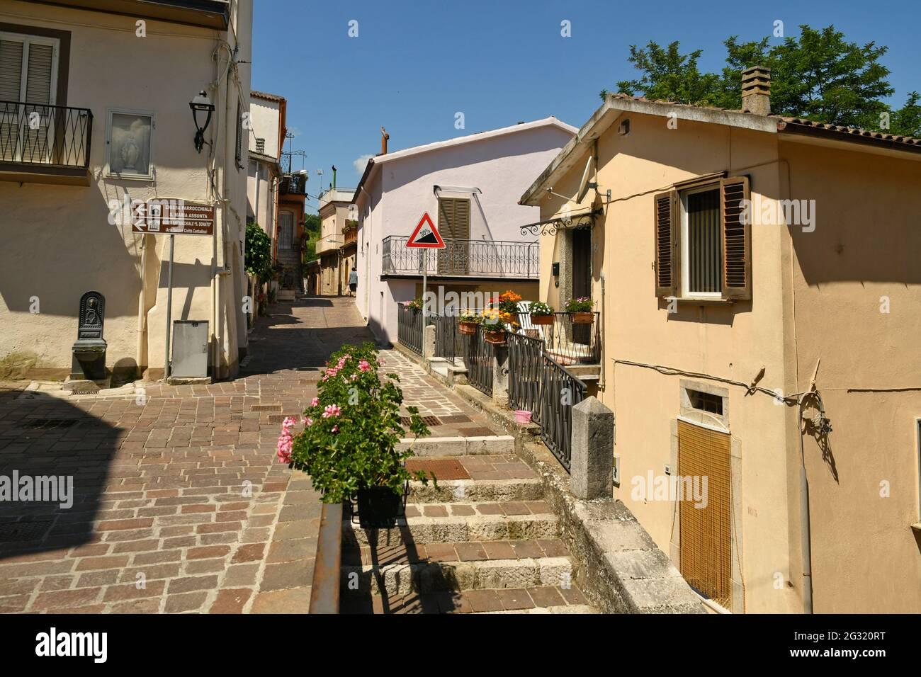 Ruvo del Monte, Italia, 06/12/2021. Una pequeña calle entre las casas antiguas de un pueblo medieval en la región de Basilicata. Foto de stock