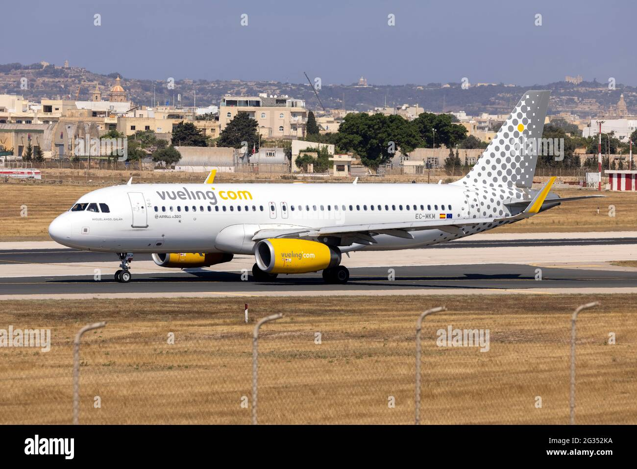 Vueling Airlines Airbus A320-232 (REG: EC-MKM) entrando en la pista 31 para despegue. Foto de stock
