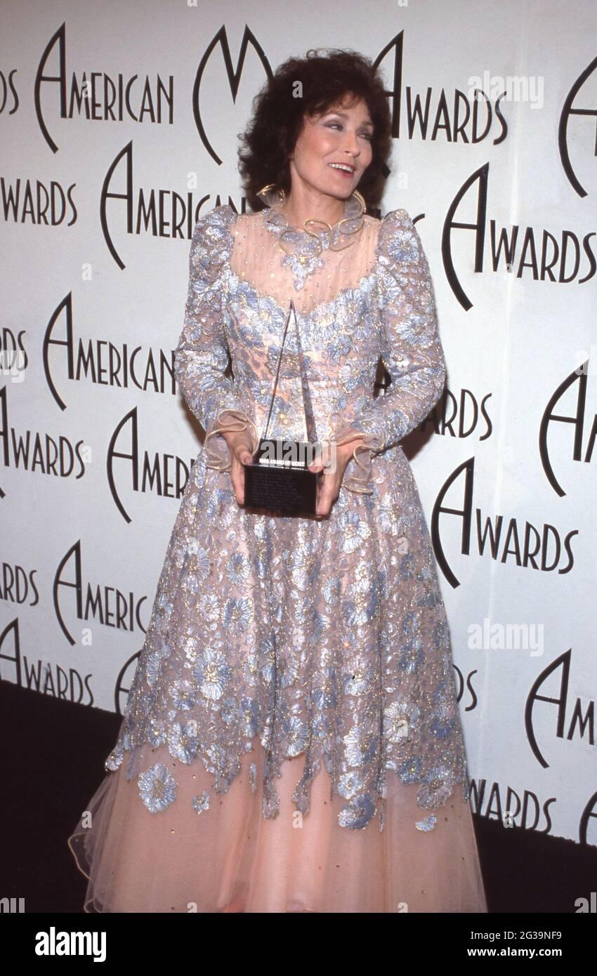 Loretta Lynn en los Premios Anuales de Música Americana 12th en el Auditorio Shrine en Los Angeles, California, 28 de enero de 1985 Crédito: Ralph Dominguez/MediaPunch Foto de stock