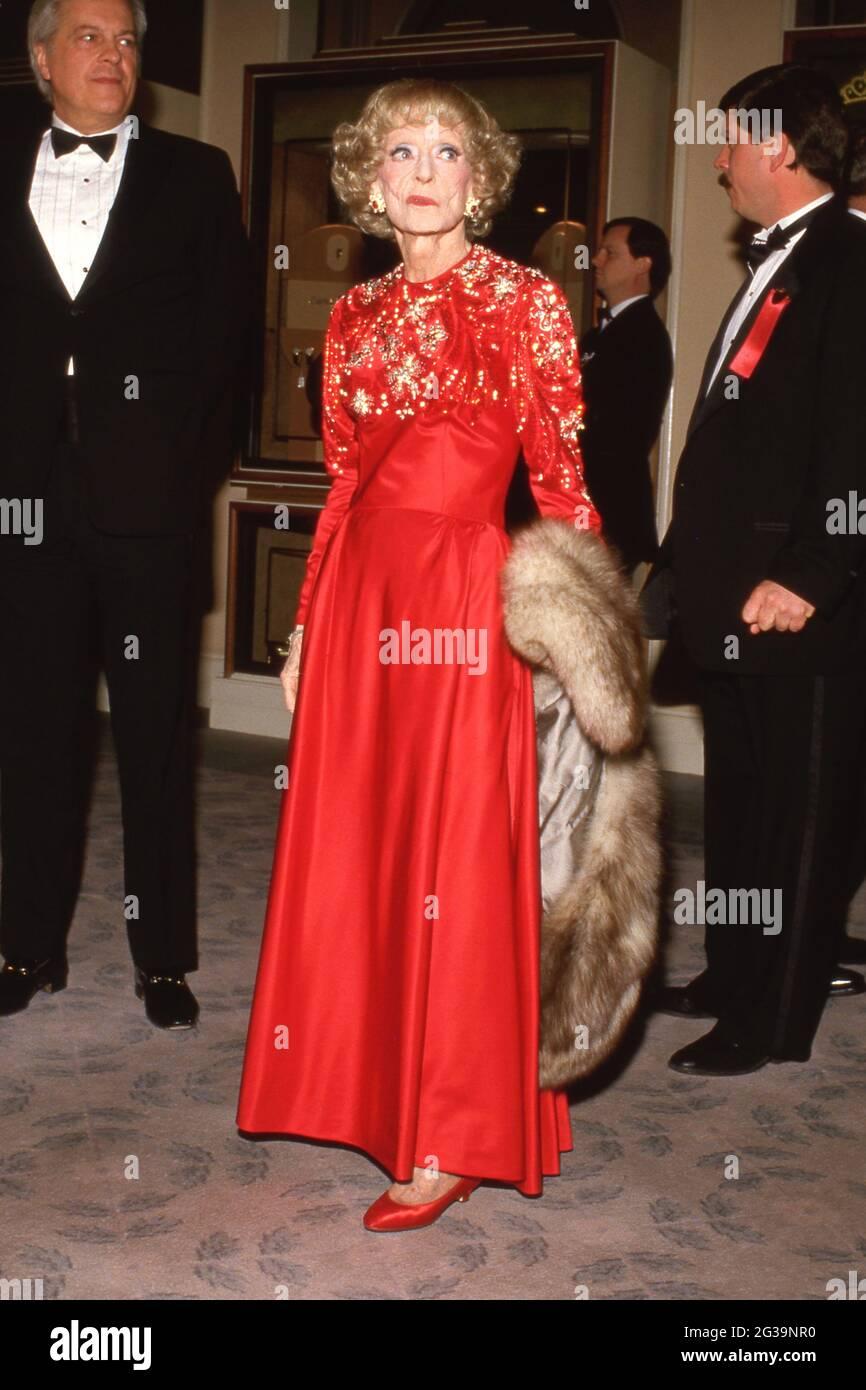 Bette Davis en la Quinta Anual American Cinema Awards el 30 de enero de 1988 en el Beverly Hilton Hotel en Beverly Hills, California Crédito: Ralph Dominguez/MediaPunch Foto de stock