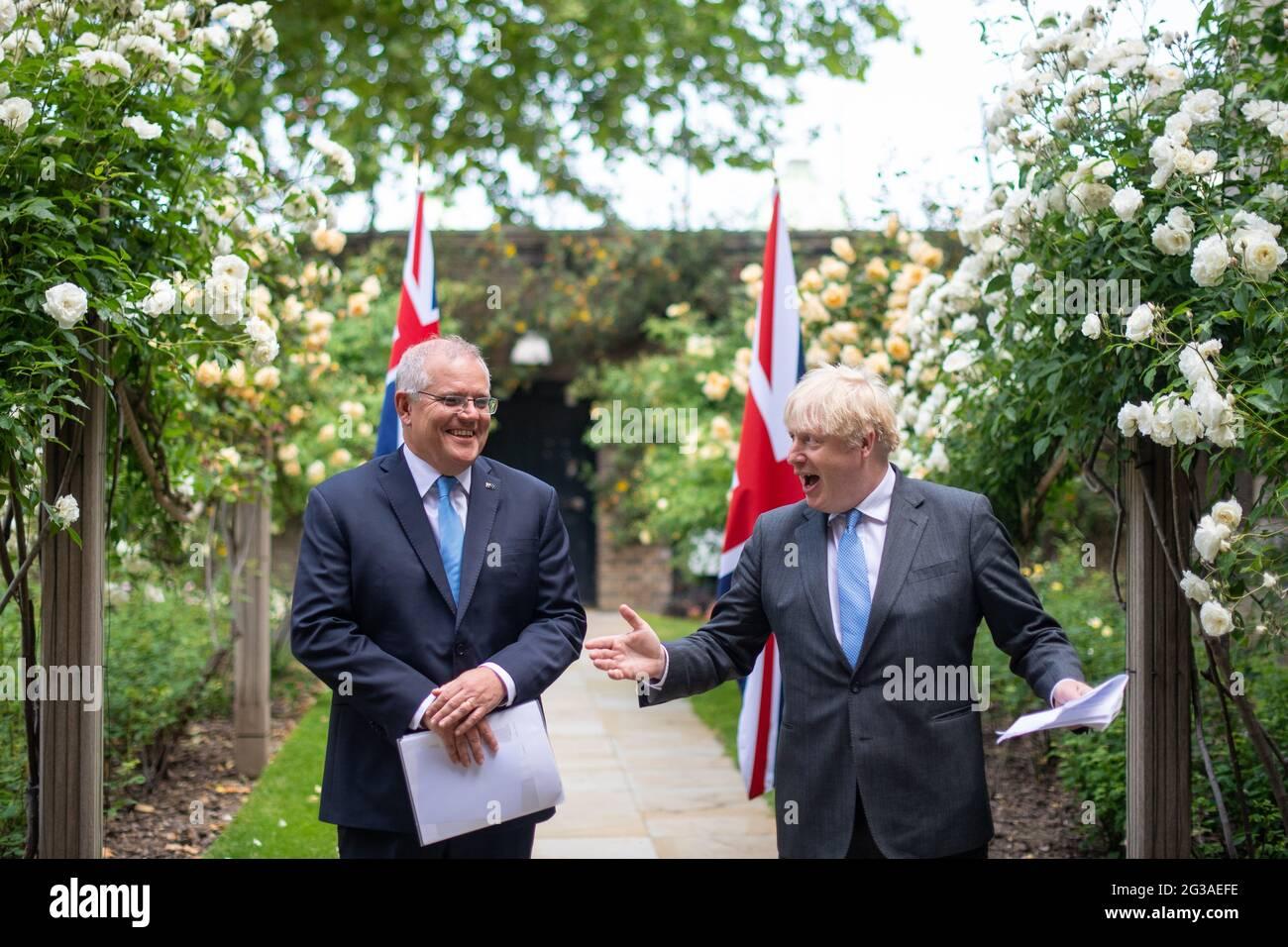 El primer ministro Boris Johnson con el primer ministro australiano Scott Morrison en el jardín de 10 Downing Street, Londres, después de acordar los términos generales de un acuerdo de libre comercio entre el Reino Unido y Australia, el primer acuerdo comercial del Reino Unido negociado plenamente desde que salió de la Unión Europea. Fecha de la foto: Martes 15 de junio de 2021. Foto de stock