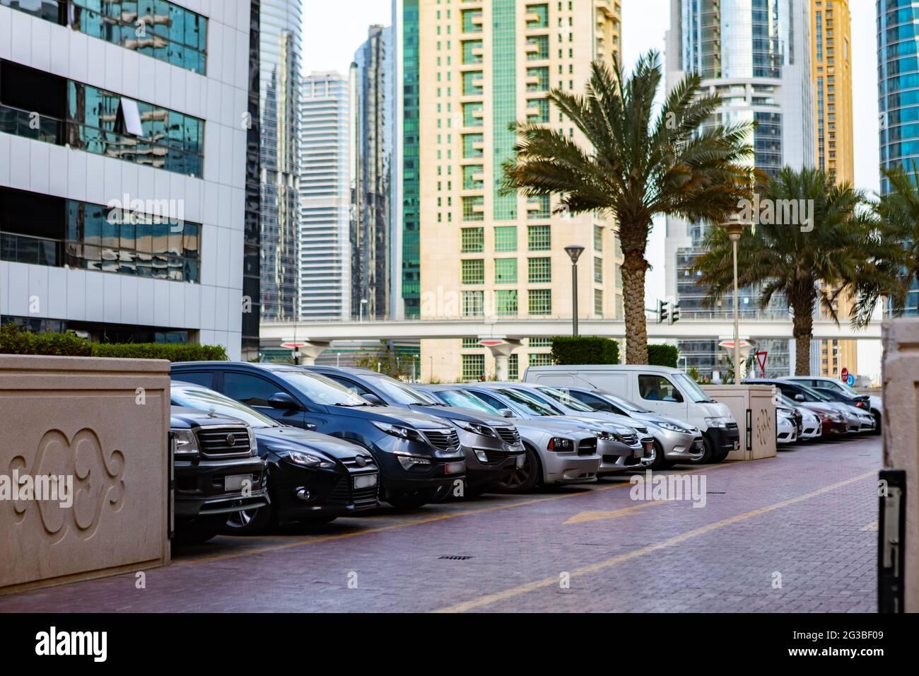 DUBAI, EAU - 2020 DE MARZO: Coches en el aparcamiento en una calle de Dubai Foto de stock