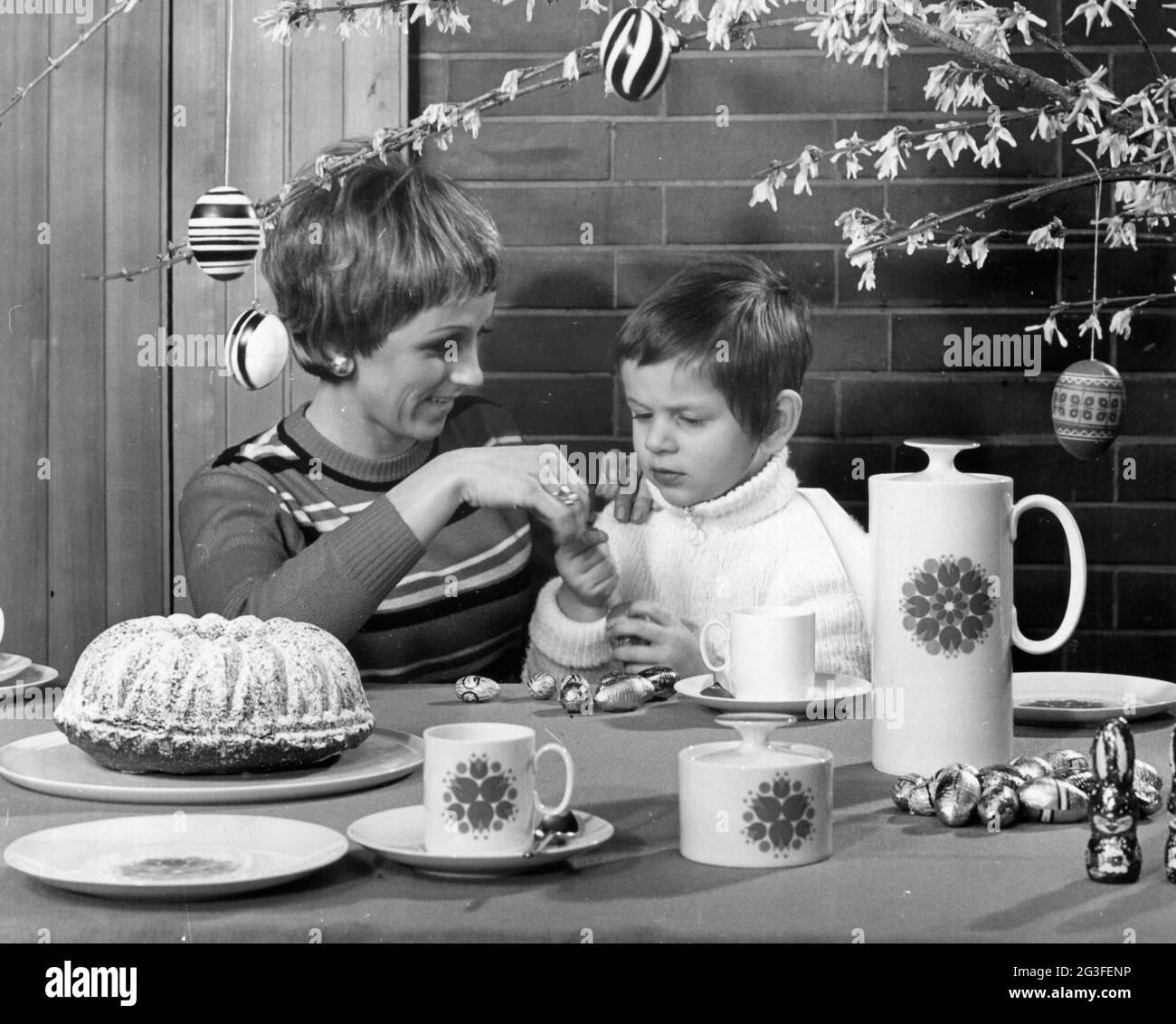 Fiestas, Semana Santa, Madre e Hijo, alrededor de 1977, DERECHOS-ADICIONALES-LIQUIDACIÓN-INFO-NO DISPONIBLE Foto de stock