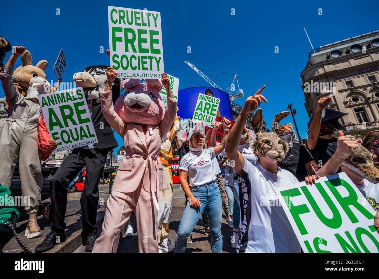 Londres, Reino Unido. 16th de junio de 2021. La campaña de otoño de 2021 de Stella McCartney, 'Nuestro tiempo ha llegado' en Piccadilly Lights, Piccadilly Circus. Para animar a la gente a firmar la petición de HSI Fur Free Britain, Stella McCartney organizó una reunión de guerrillas con embajadores de marca (aproximadamente 20 - 30) que llevaban cabezas de animales similares a las utilizadas en la campaña de otoño de 2021, pidiendo a los transeúntes que firmaran la petición de Humane Society Fur Free Britain. Crédito: Guy Bell/Alamy Live News Foto de stock