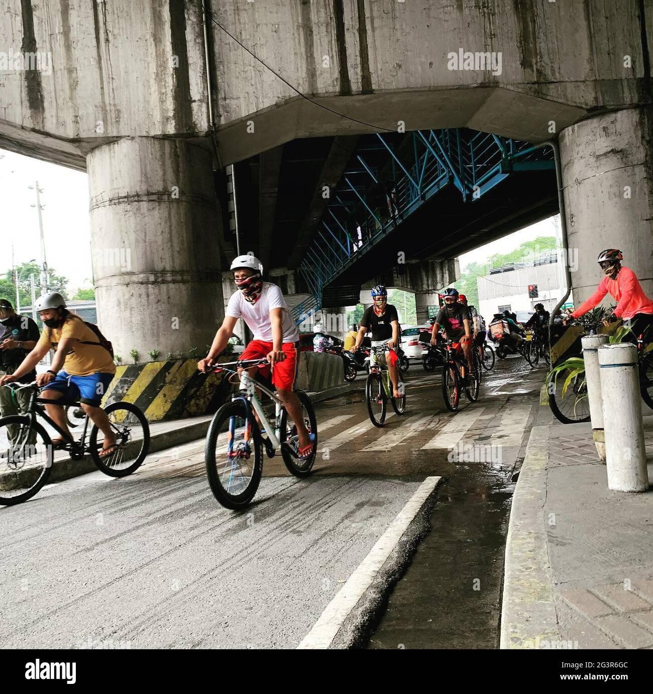 Los voluntarios cuentan bicicletas en algunas de las carreteras más transitadas de Metro Manila, ya que recopilaron datos que ayudarán a establecer la necesidad de una cultura de bicicleta más segura y eficiente en el país. Filipinas. Foto de stock
