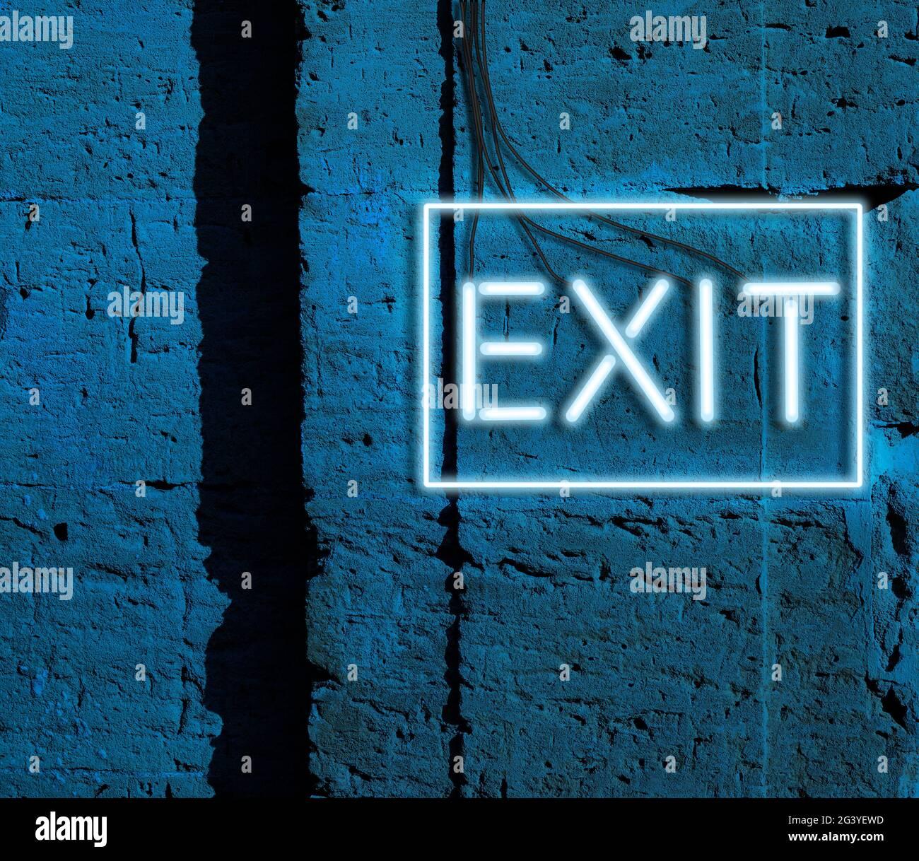 Salida de inscripción de lámparas brillantes de neón azul cuelga en una pared de ladrillo Foto de stock