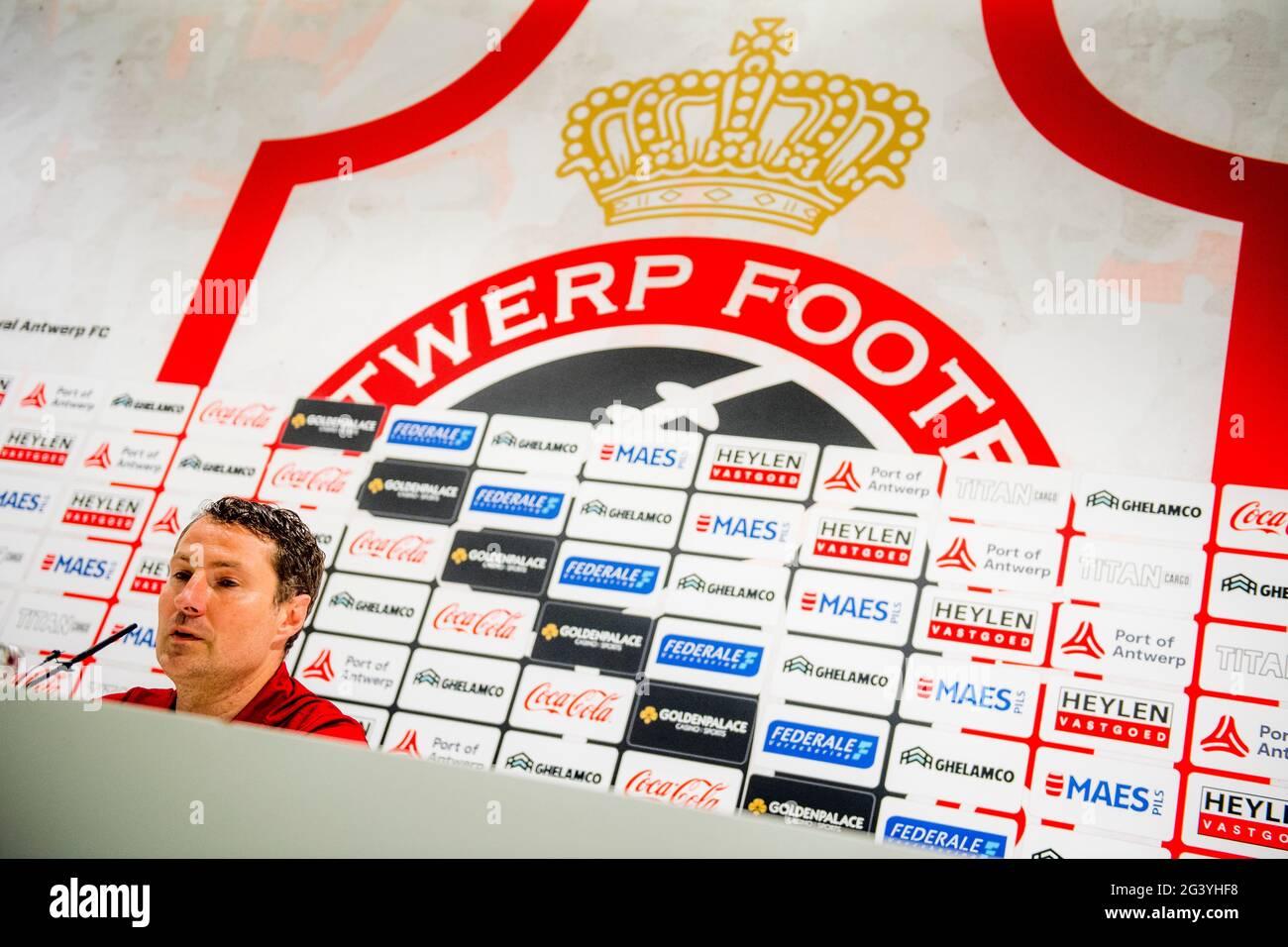 Brian Priske habla con la prensa durante una conferencia de prensa del club de fútbol belga Royal Antwerp FC, el viernes 18 de junio de 2021 en Amberes, para presentar su ne Foto de stock