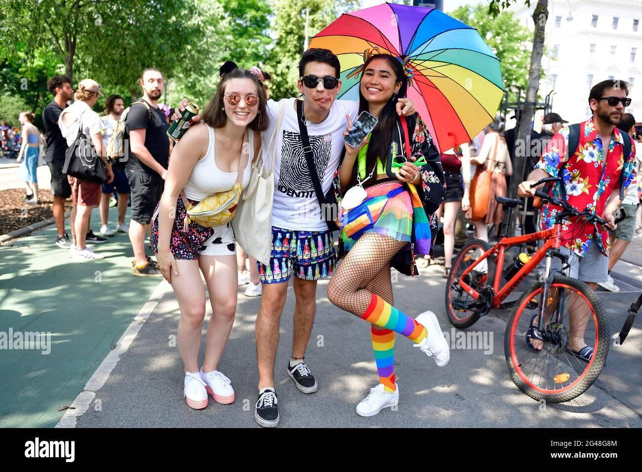 Viena, Austria. 19th de junio de 2021. Por 25th veces el desfile del arco iris (Orgullo de Viena) tendrá lugar en Ringstrasse de Viena. Este año, el desfile tendrá lugar sin vehículos, es decir, a pie, con una silla de ruedas o bicicleta, y por lo tanto está volviendo a sus raíces. Foto de stock