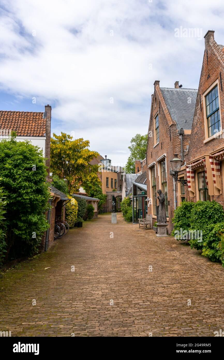 Pintoresca calle de barrio con edificios de ladrillo rojo en el centro histórico de la ciudad de Haarlem Foto de stock