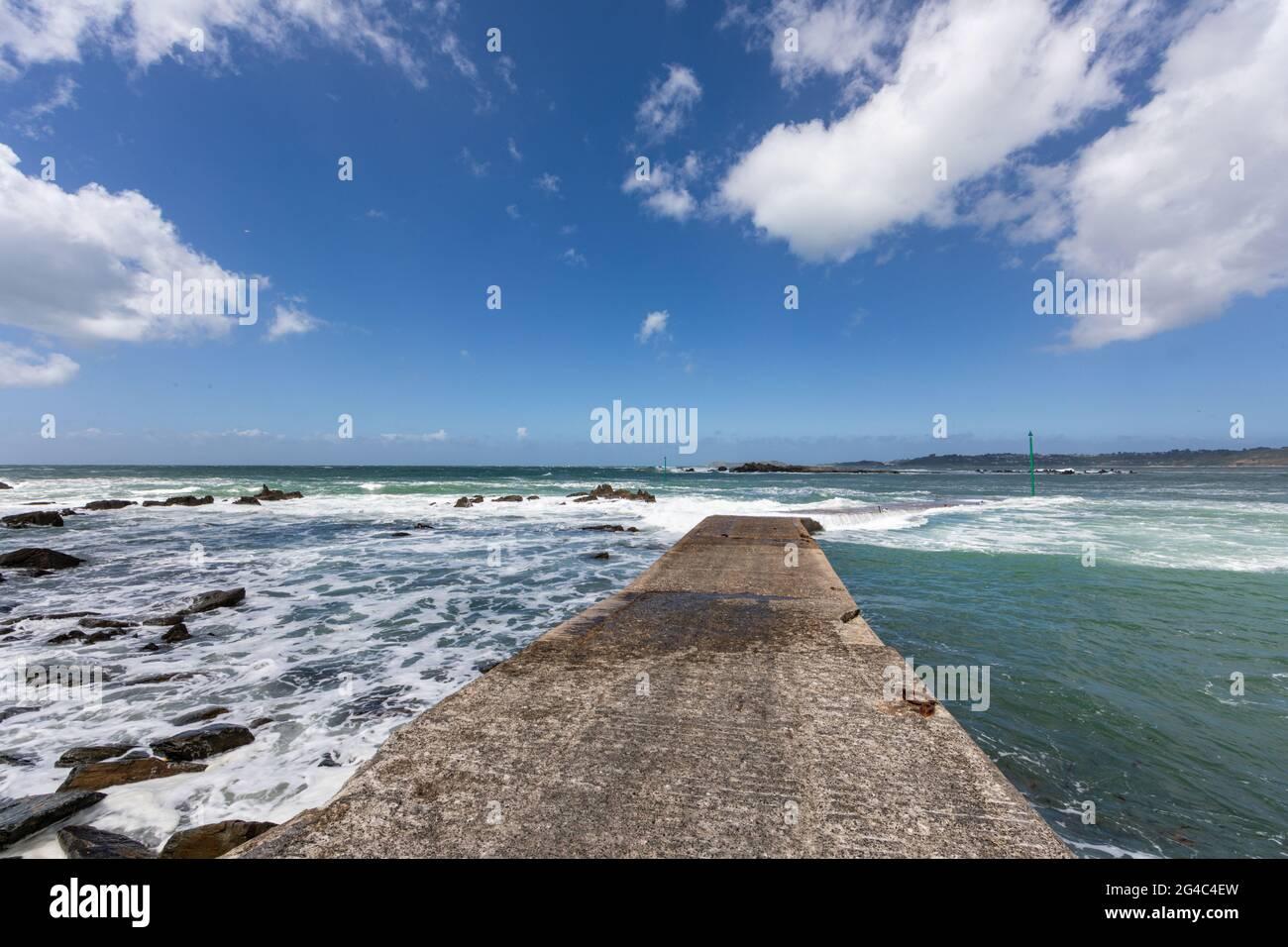 Mar turbulento en Pointe de Sehar, Tredrez-Locquemeau, Cotes d'Armor, Bretaña, Francia Foto de stock