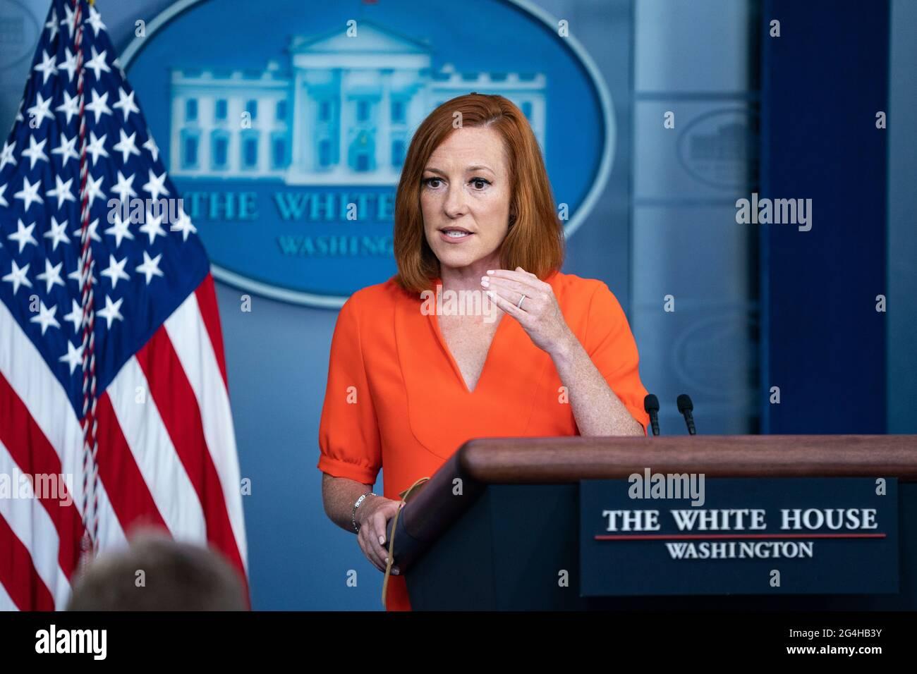 El secretario de prensa de la Casa Blanca, Jen Psaki, habla con los periodistas durante la reunión informativa diaria de la Casa Blanca en la Casa Blanca el martes 21 de junio de 2021 en Washington, DC Crédito: Alex Edelman/Pool vía CNP /MediaPunch Foto de stock