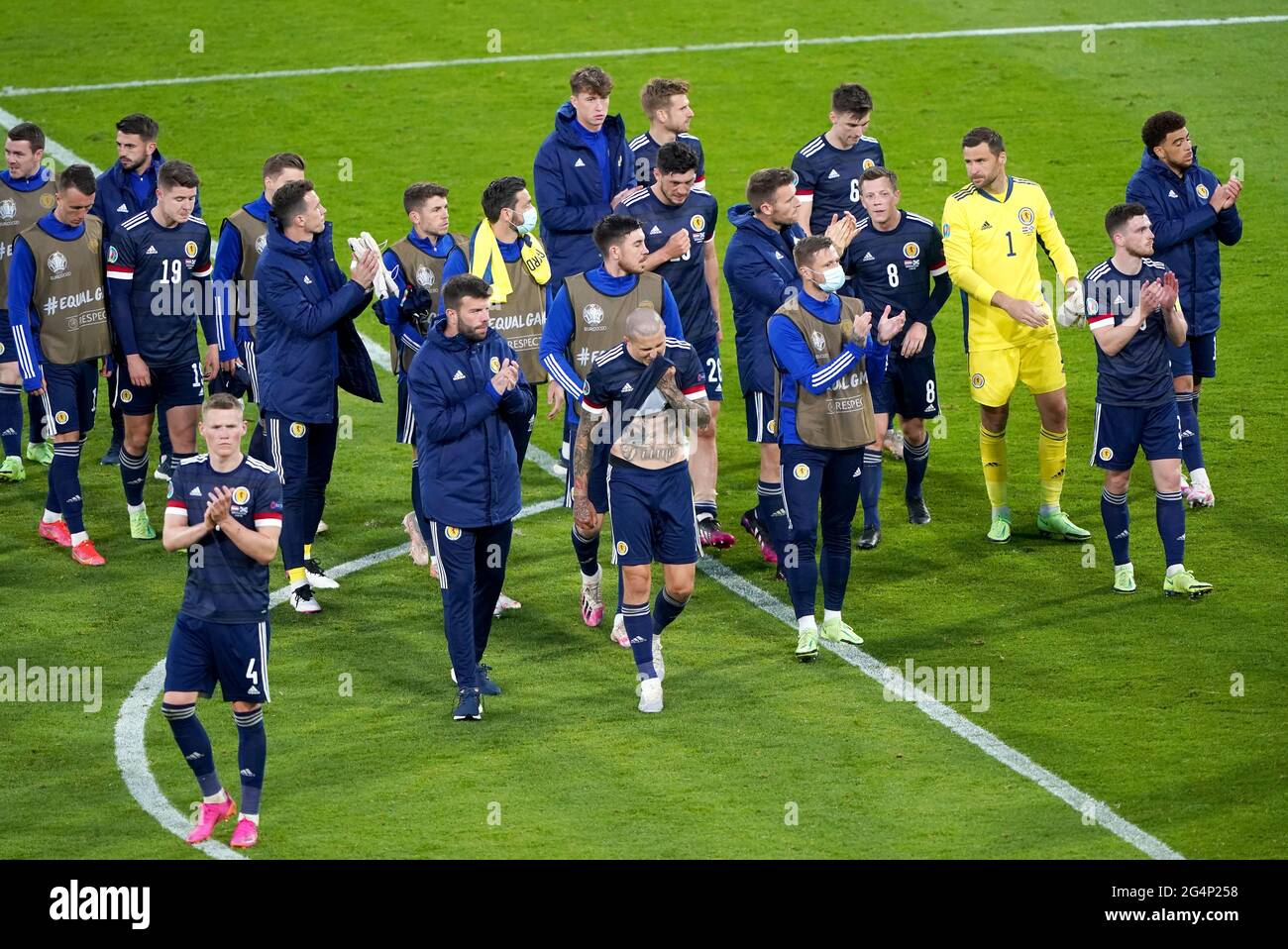 Los jugadores escoceses aplauden a los fans después del silbato final durante el partido de la UEFA EURO 2020 Grupo D en Hampden Park, Glasgow. Fecha de la foto: Martes 22 de junio de 2021. Foto de stock