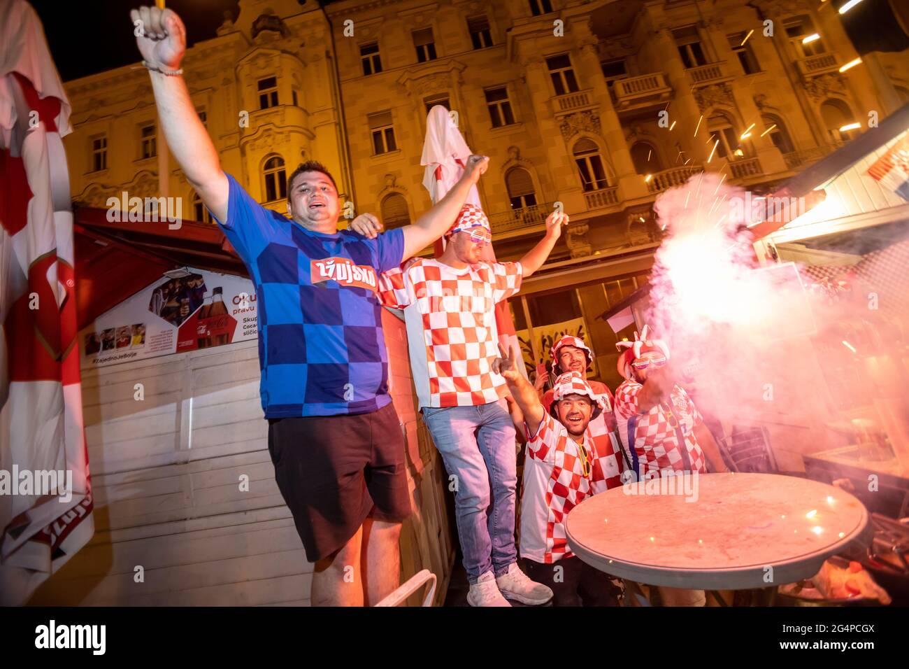 Croacia, 22/06/2021, el ambiente en la plaza Ban Josip Jelacic mientras observaba un partido de fútbol entre Croacia y Escocia en la Eurocopa 2020 para avanzar a la ronda de 16. Los aficionados celebran la victoria de Croacia 3-1 sobre Escocia y avanzan a la ronda de 16. Foto de stock
