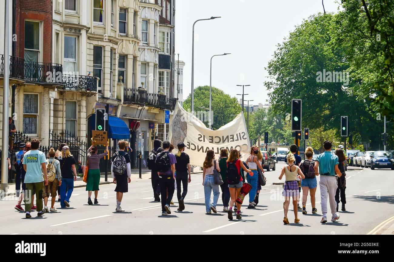 Brighton Reino Unido 24th de junio de 2021 - Matar a los manifestantes Bill marchan a Brighton hoy mientras se producen manifestaciones que coinciden con el debate de la Cámara de los Comunes sobre el nuevo proyecto de ley del gobierno sobre la policía, el delito, las sentencias y los tribunales. : Crédito Simon Dack / Alamy Live News Foto de stock
